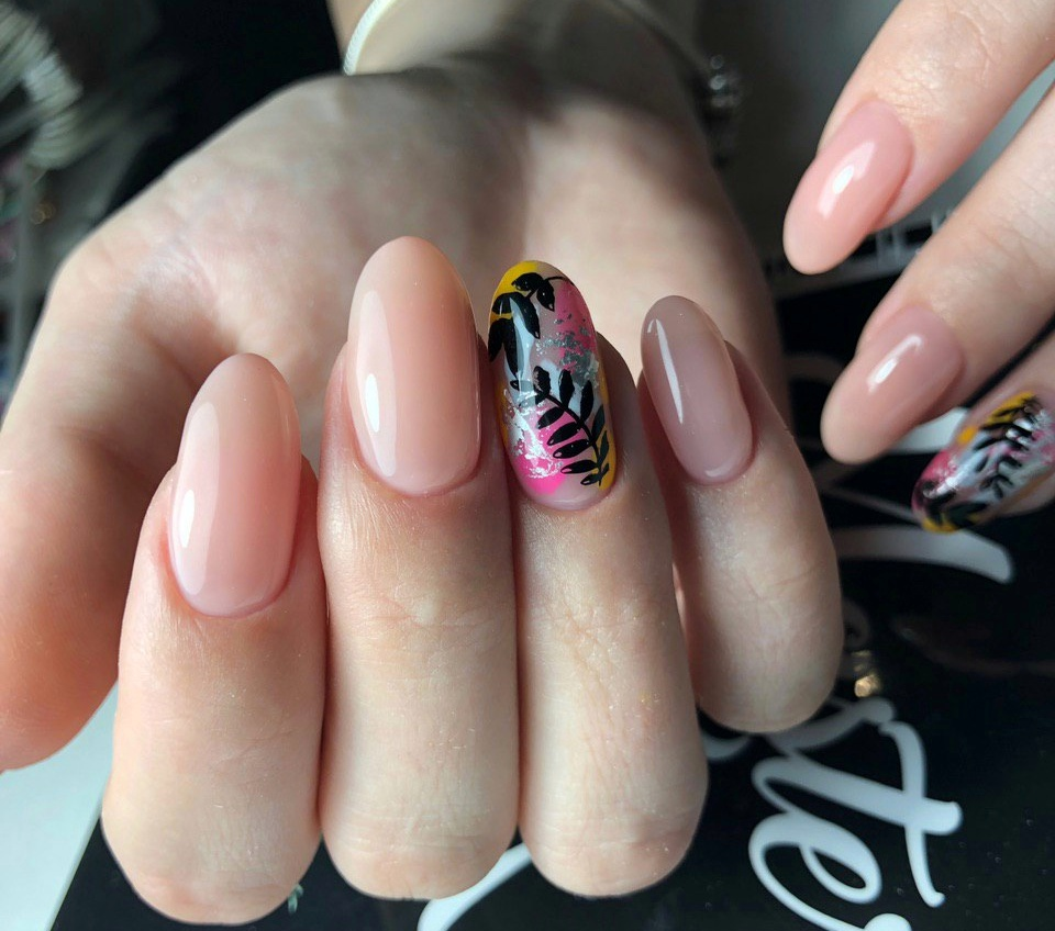 Нюдовый маникюр с цветной фольгой и растительными слайдерами на длинные ногти.