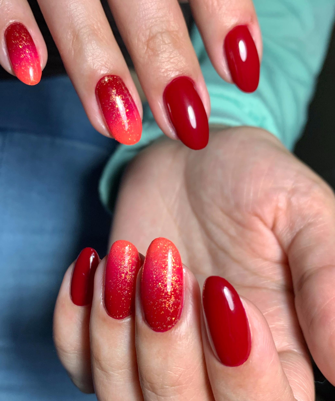 Маникюр с градиентом и блестками в темно-красном цвете на длинные ногти.