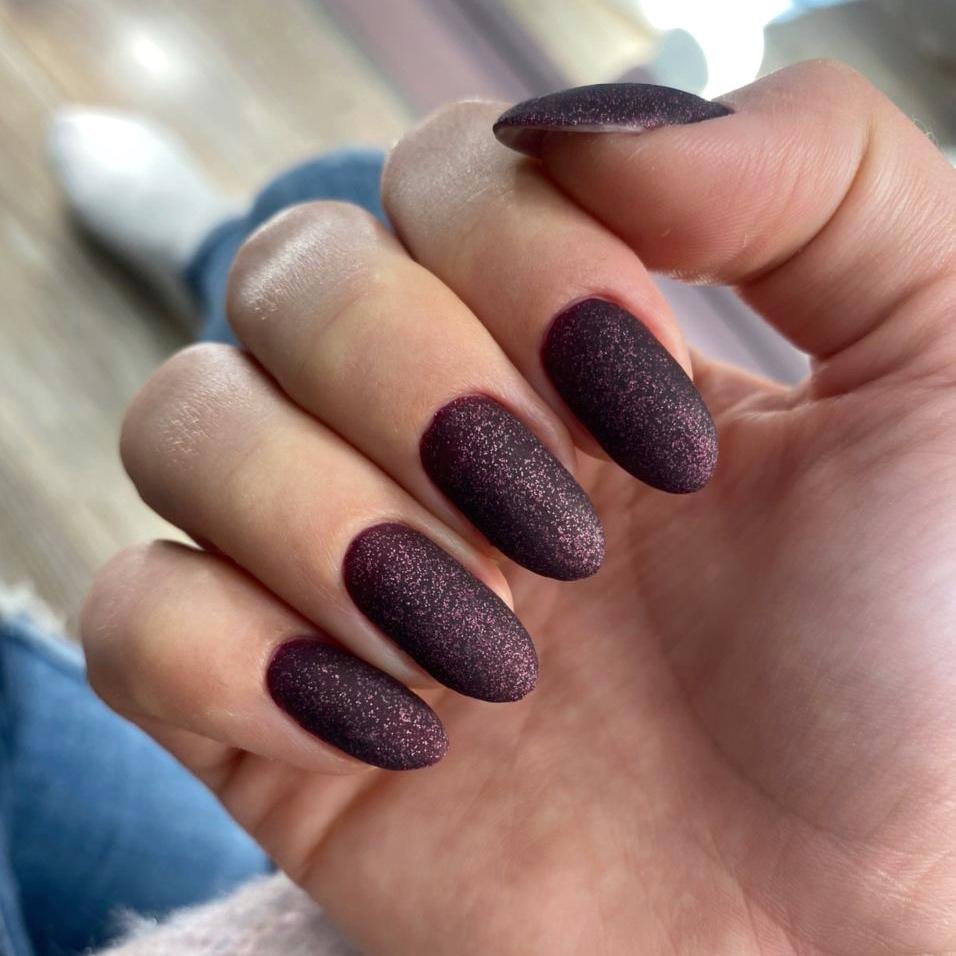 Матовый маникюр с блестками в баклажановом цвете на длинные ногти.
