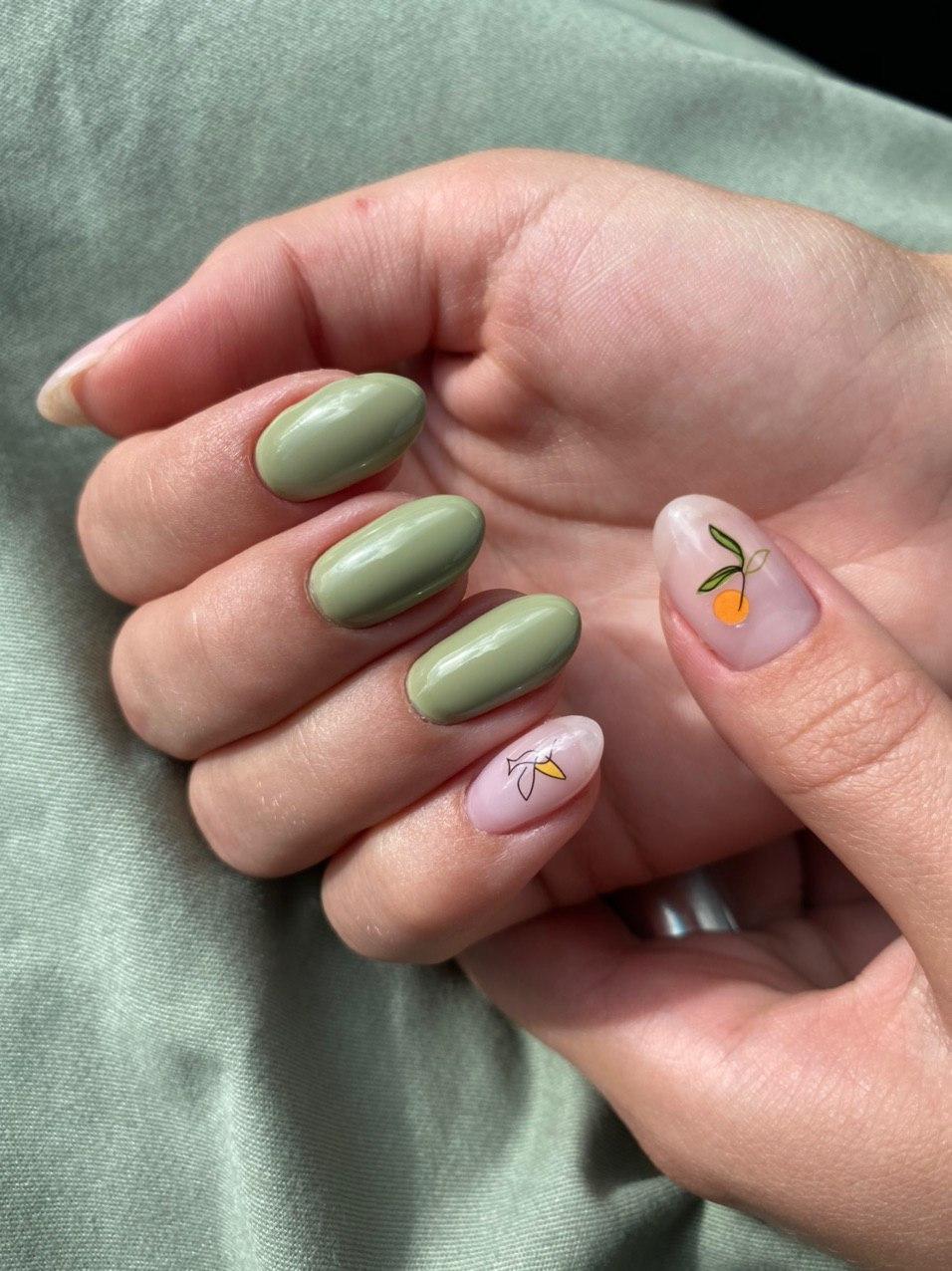 Маникюр со слайдерами в оливковом цвете на длинные ногти.