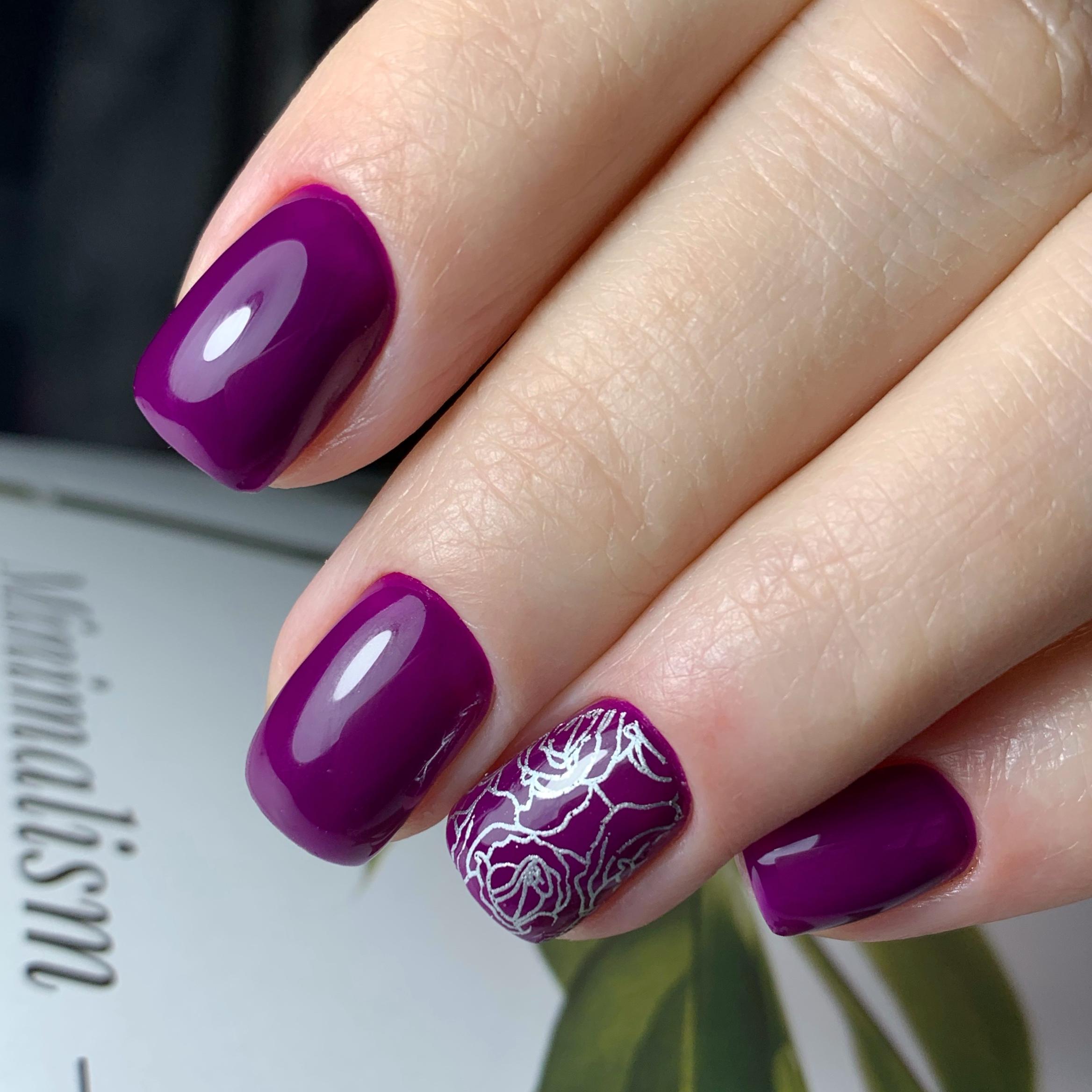 Маникюр с цветочным стемпингом в баклажановом цвете на короткие ногти.