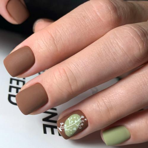 На курсах маникюра легко научиться рисовать на ногтях.