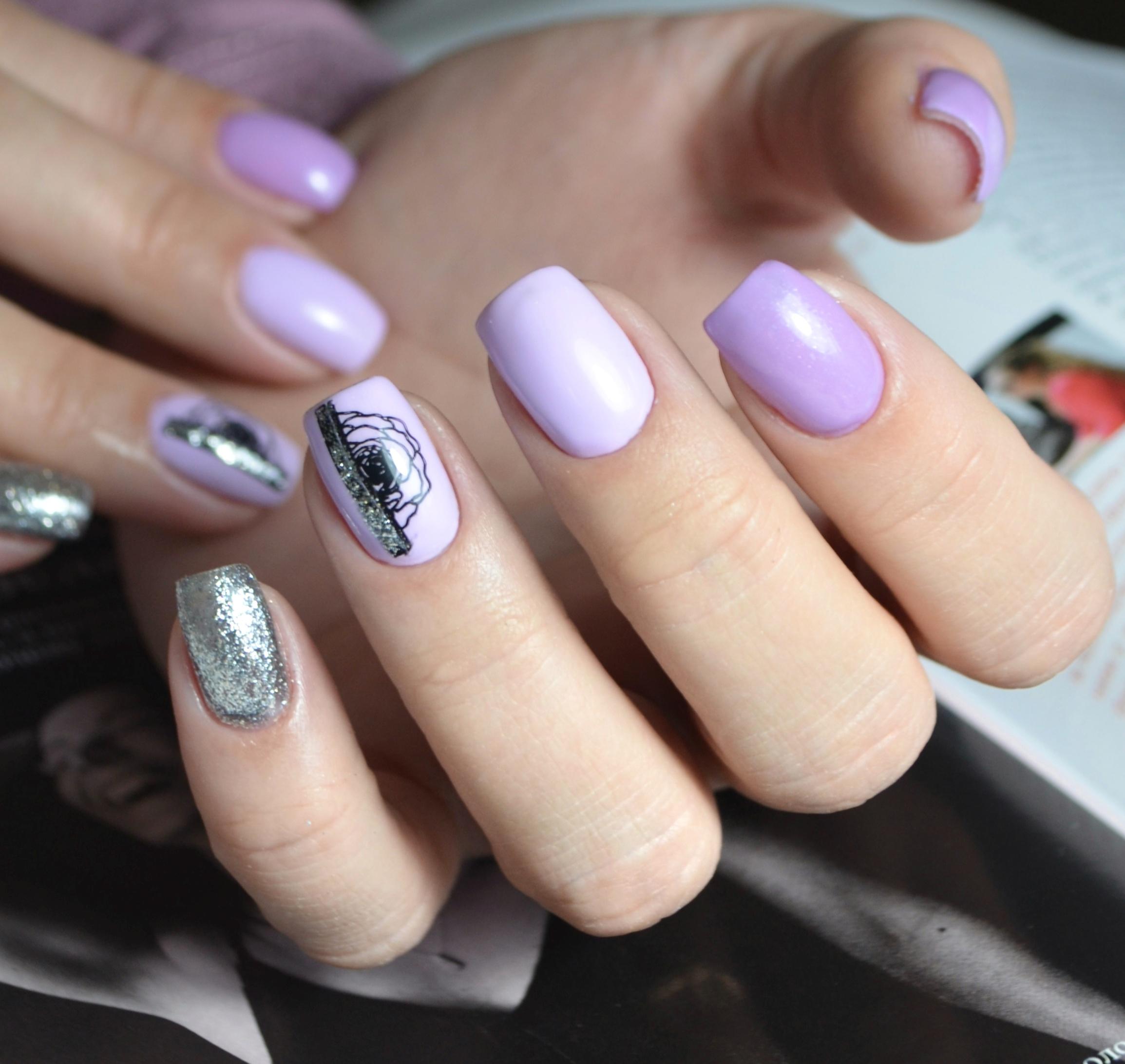 Маникюр с цветочным слайдером и серебряными блестками в сиреневом цвете.