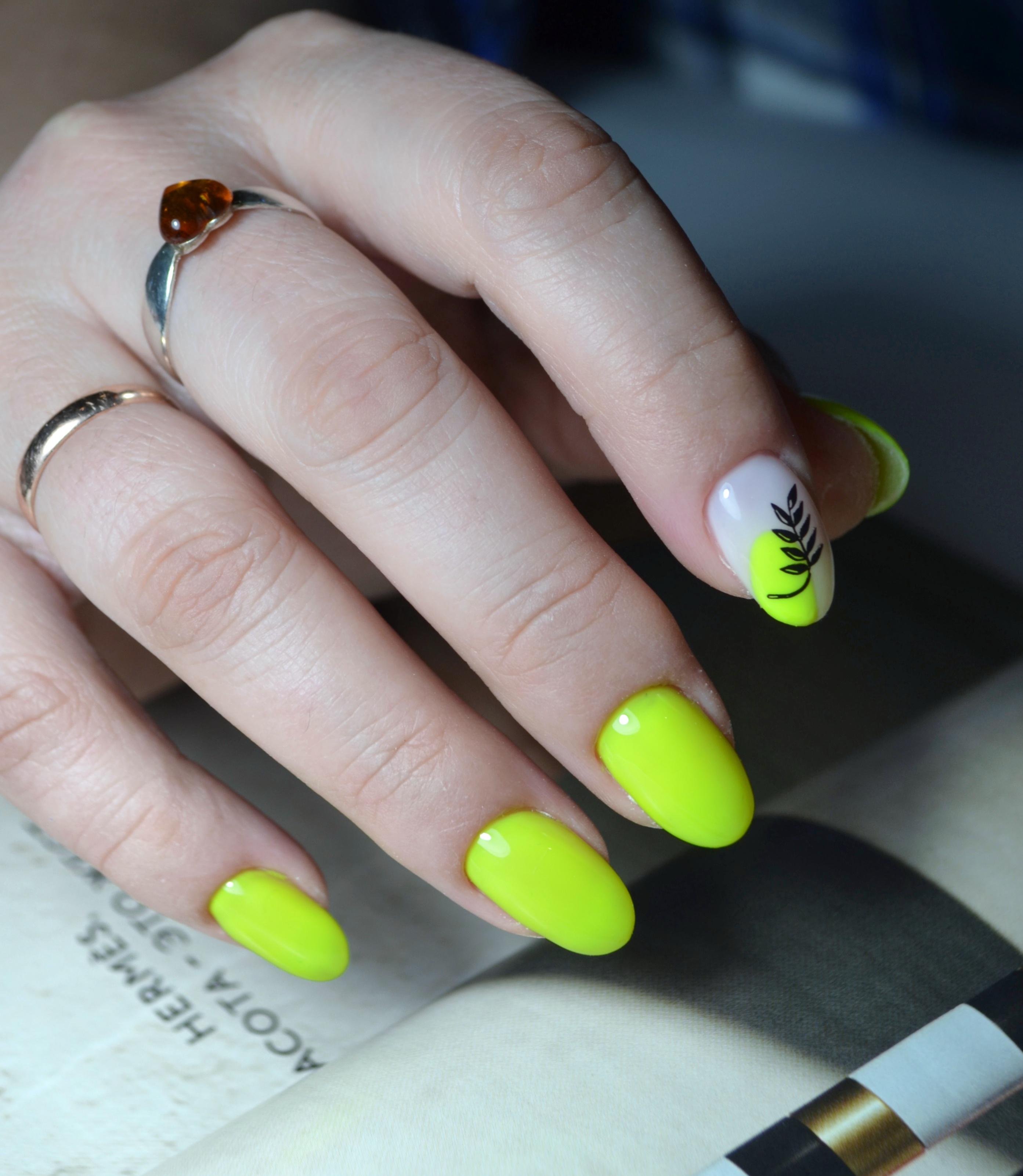 Маникюр с растительным слайдером в желтом цвете.