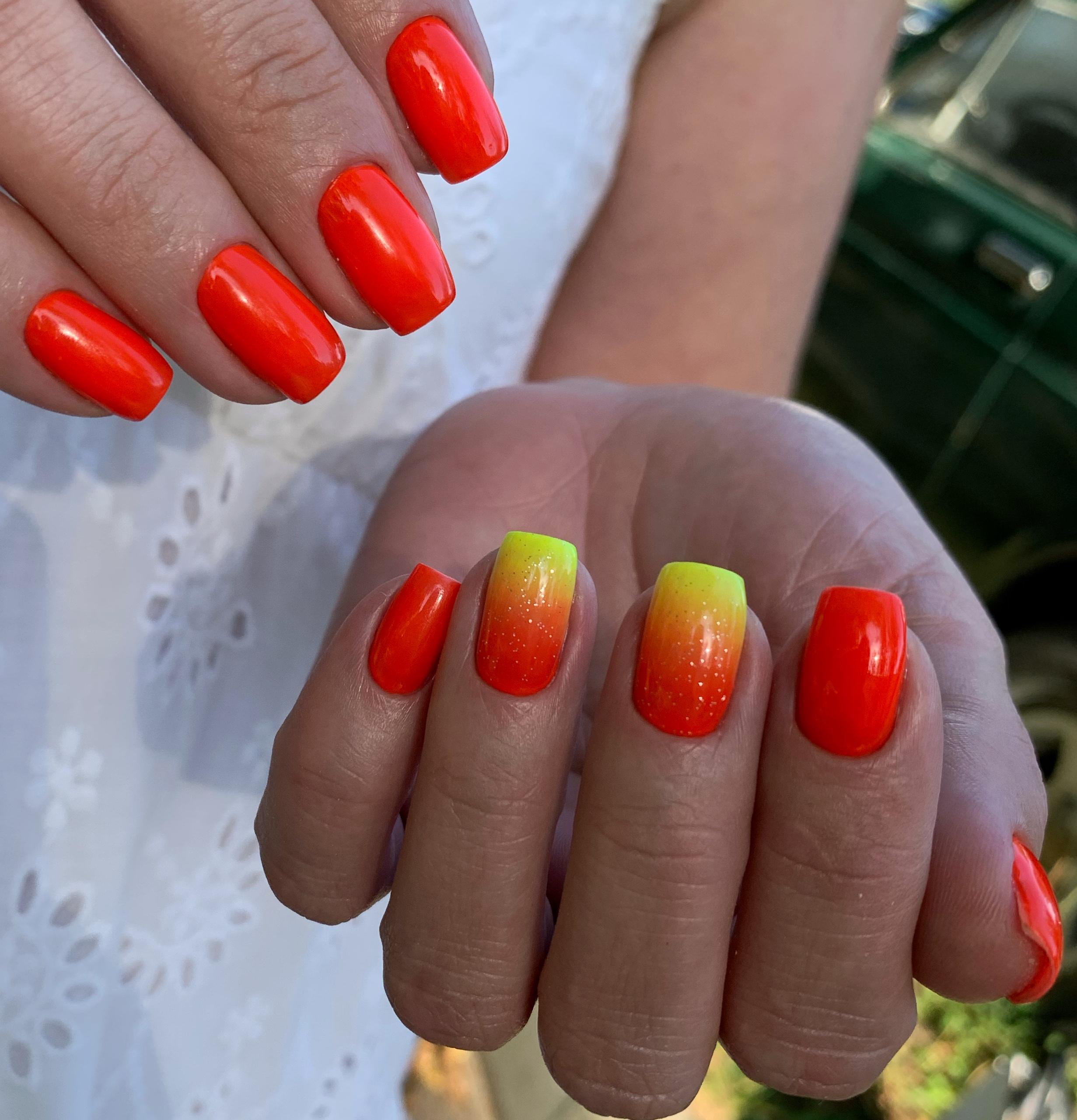 Маникюр с градиентом в рыжем цвете на короткие ногти.