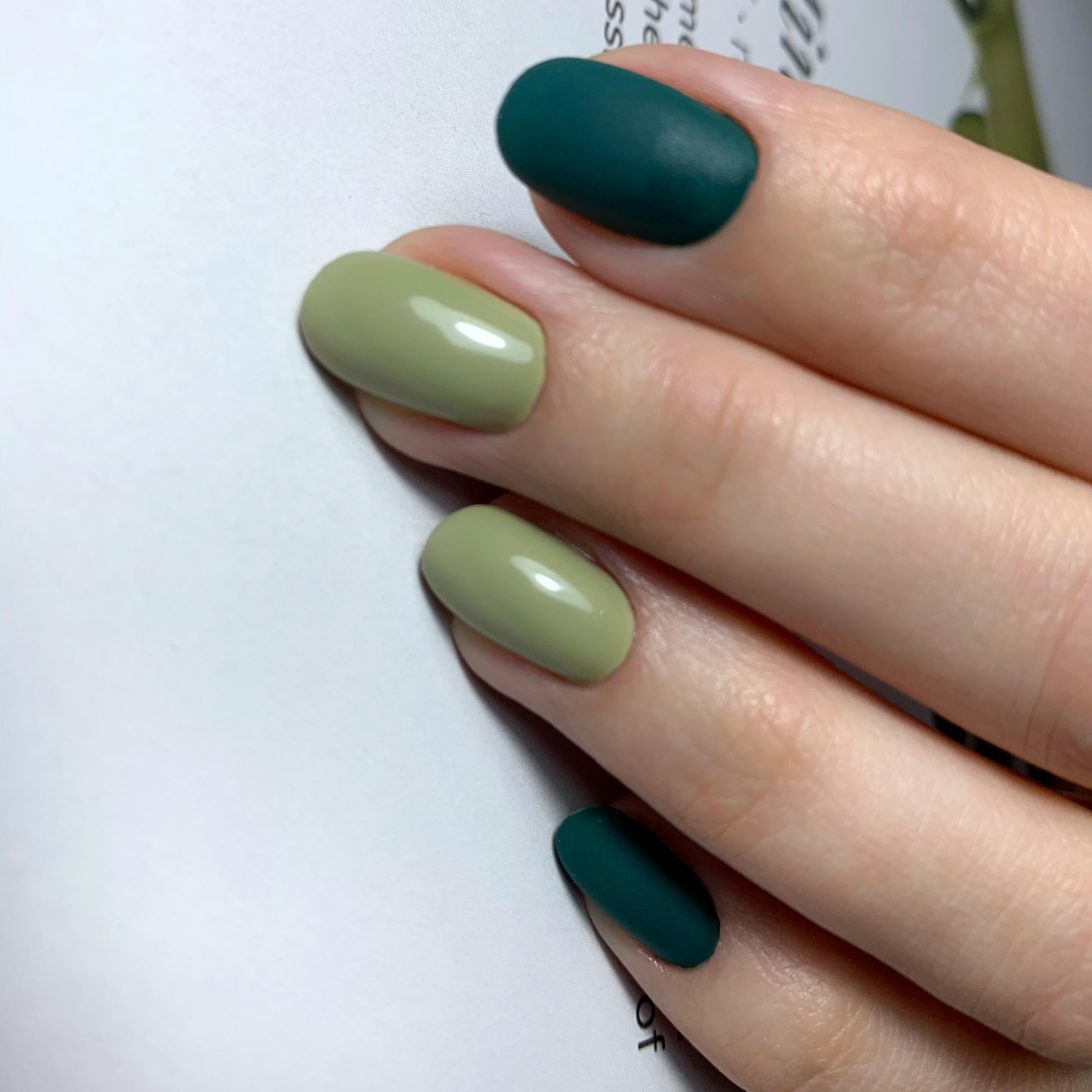 Маникюр с матовым дизайном в оливковом цвете на короткие ногти.