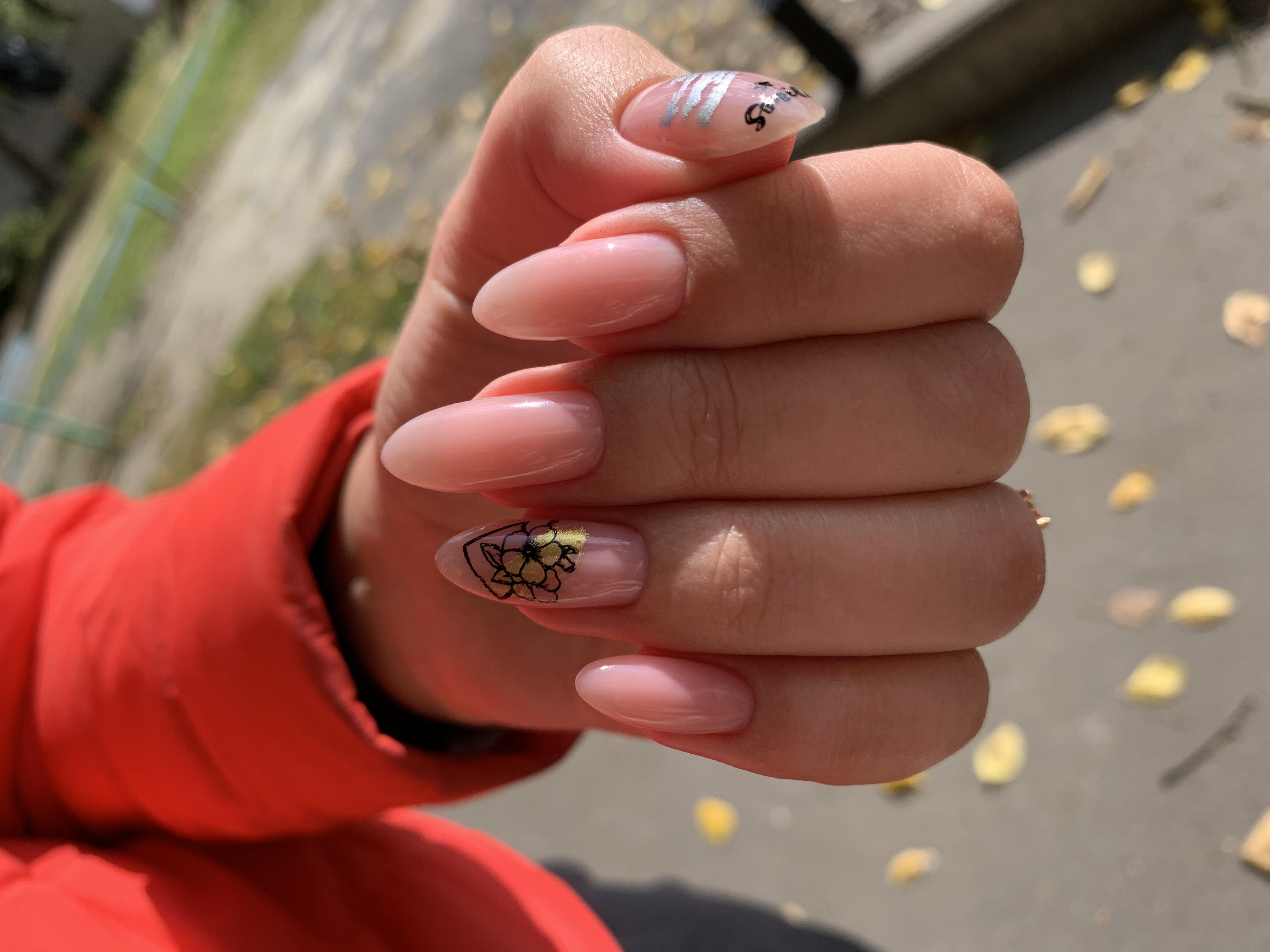 Нюдовый маникюр с цветочным слайдером на длинные ногти.