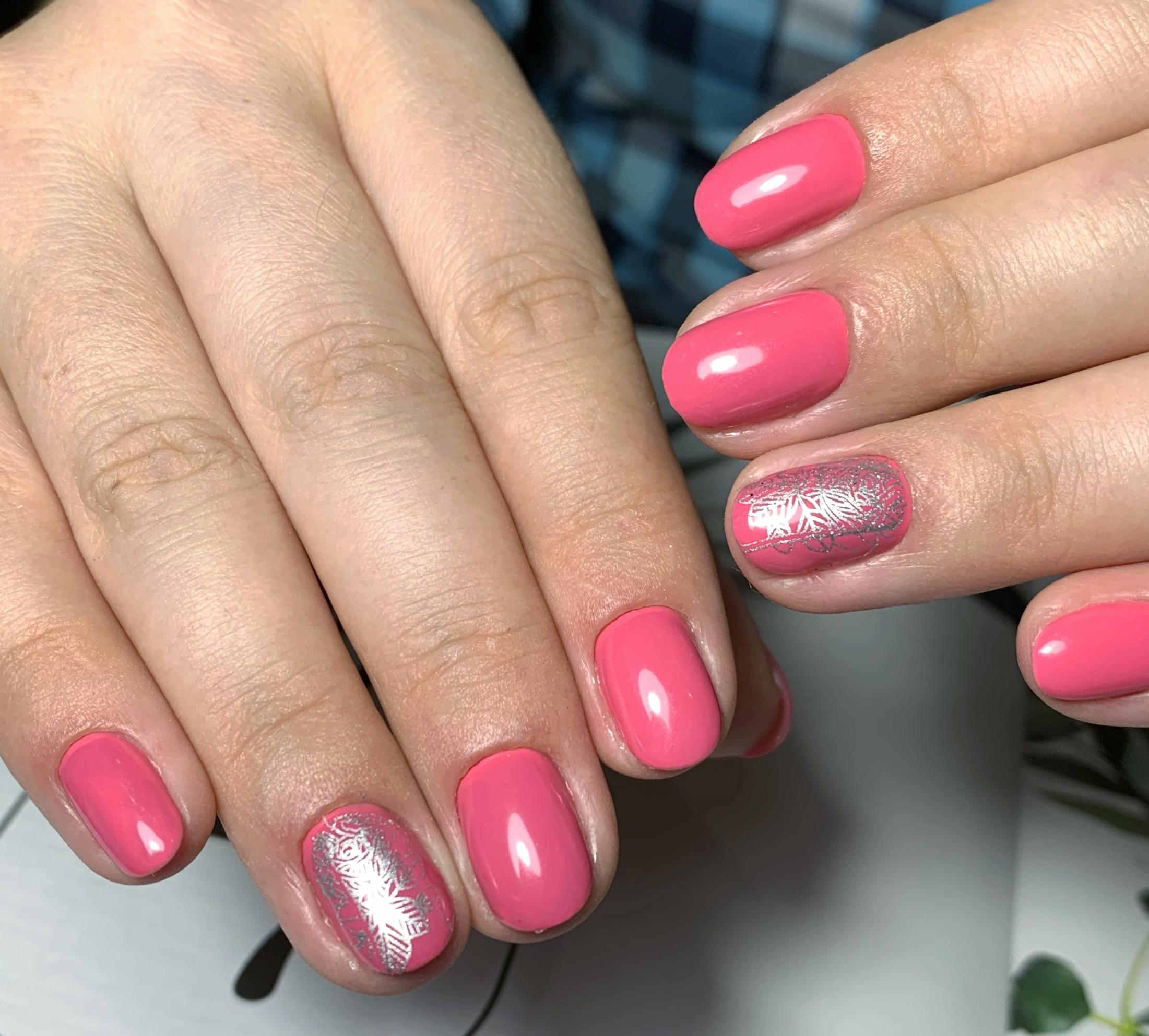 Маникюр с серебряным стемпингом в лиловом цвете на короткие ногти.