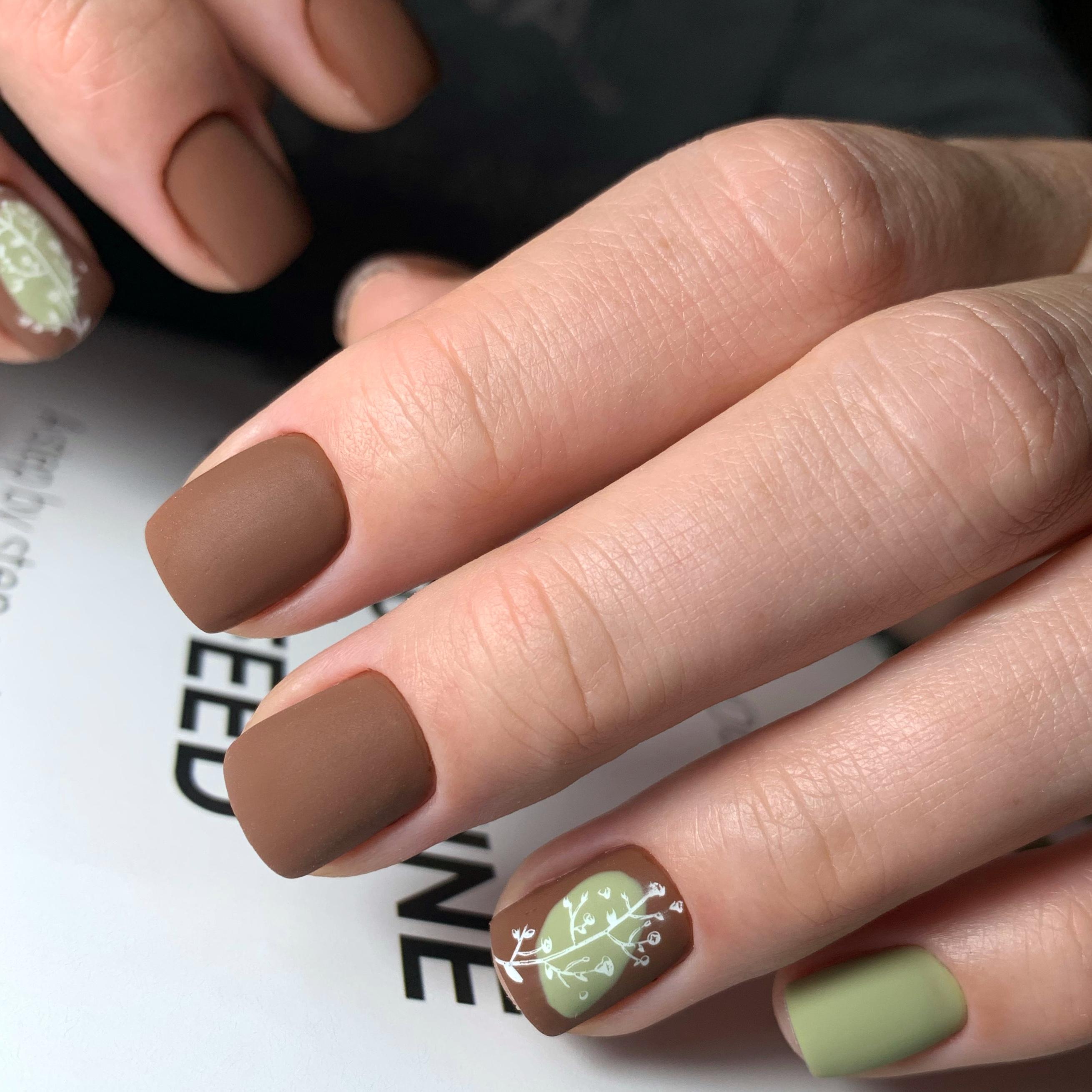 Матовый маникюр с растительным рисунком в коричневом цвете на короткие ногти.