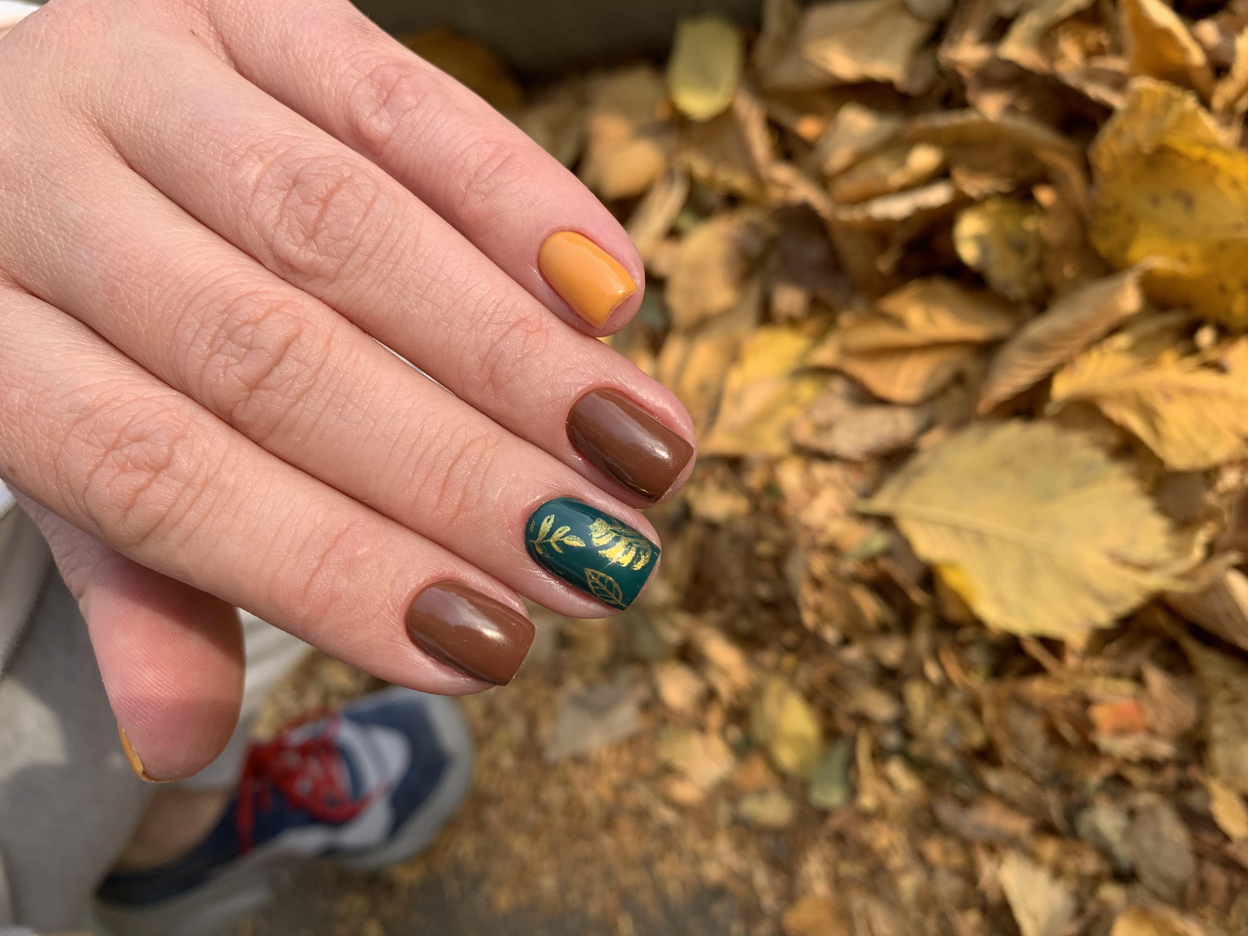Осенний маникюр с растительными слайдерами на короткие ногти.