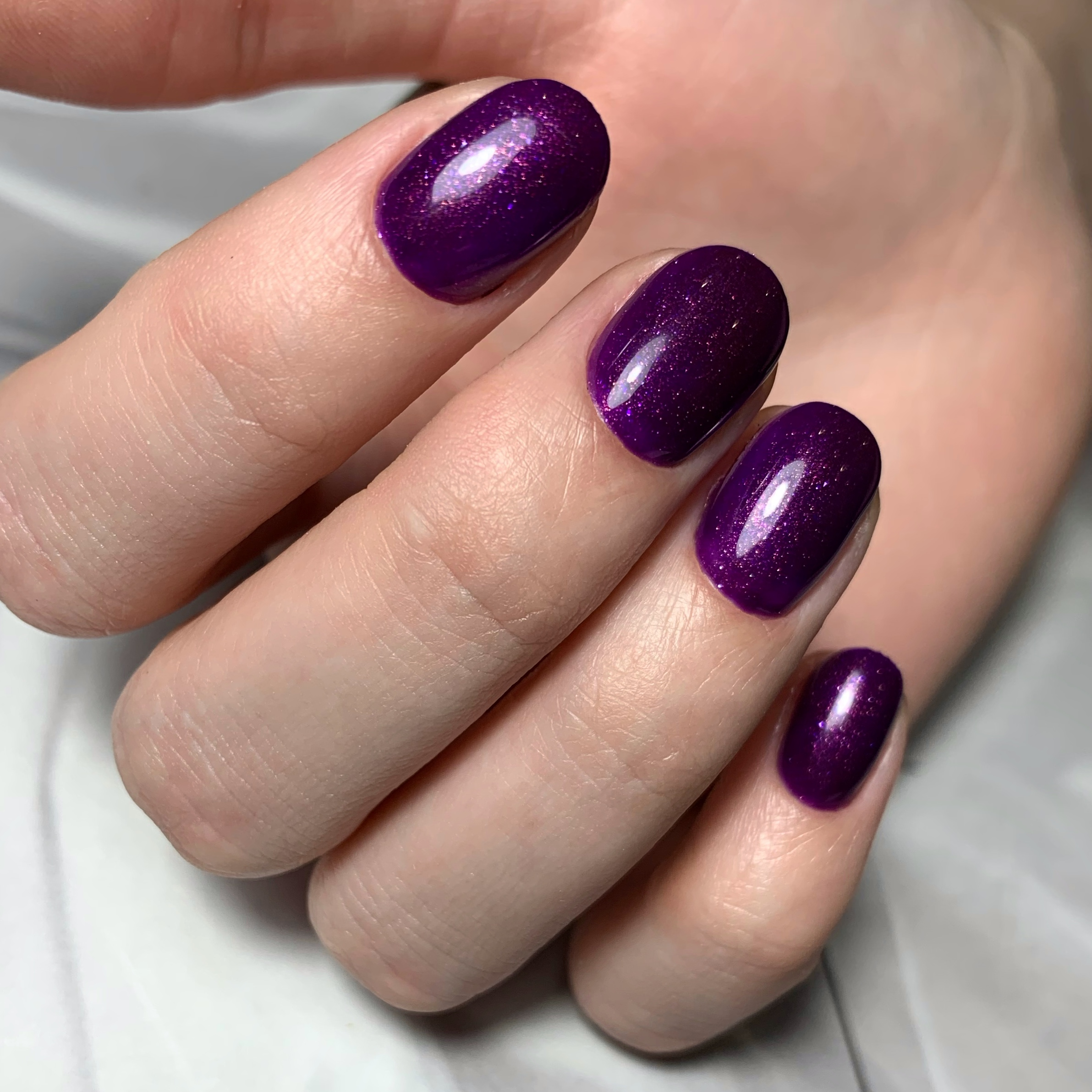Маникюр с блестками в фиолетовом цвете на короткие ногти.