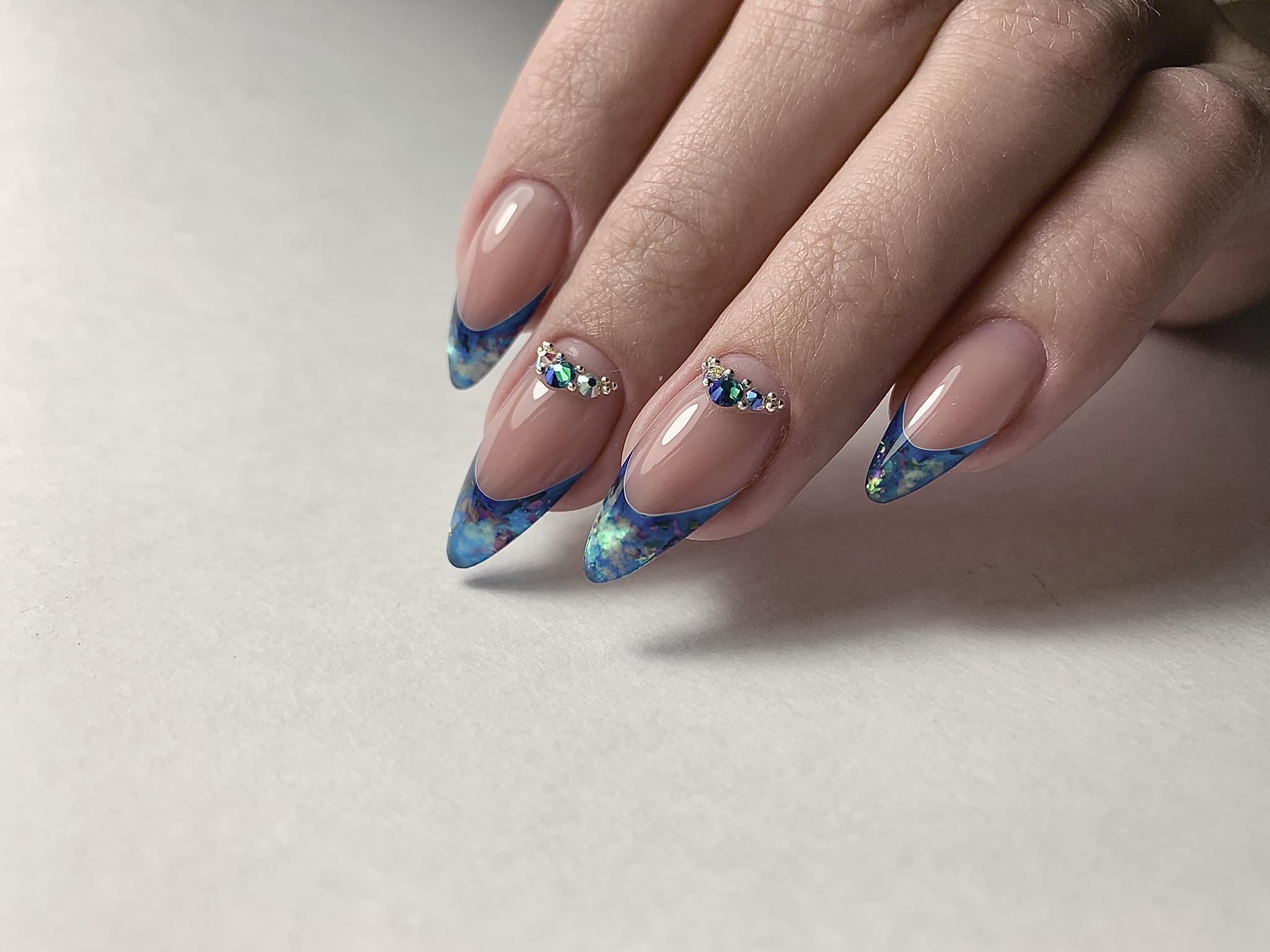 Аквариумный французский маникюр в голубом цвете с блёстками и цветными стразами.