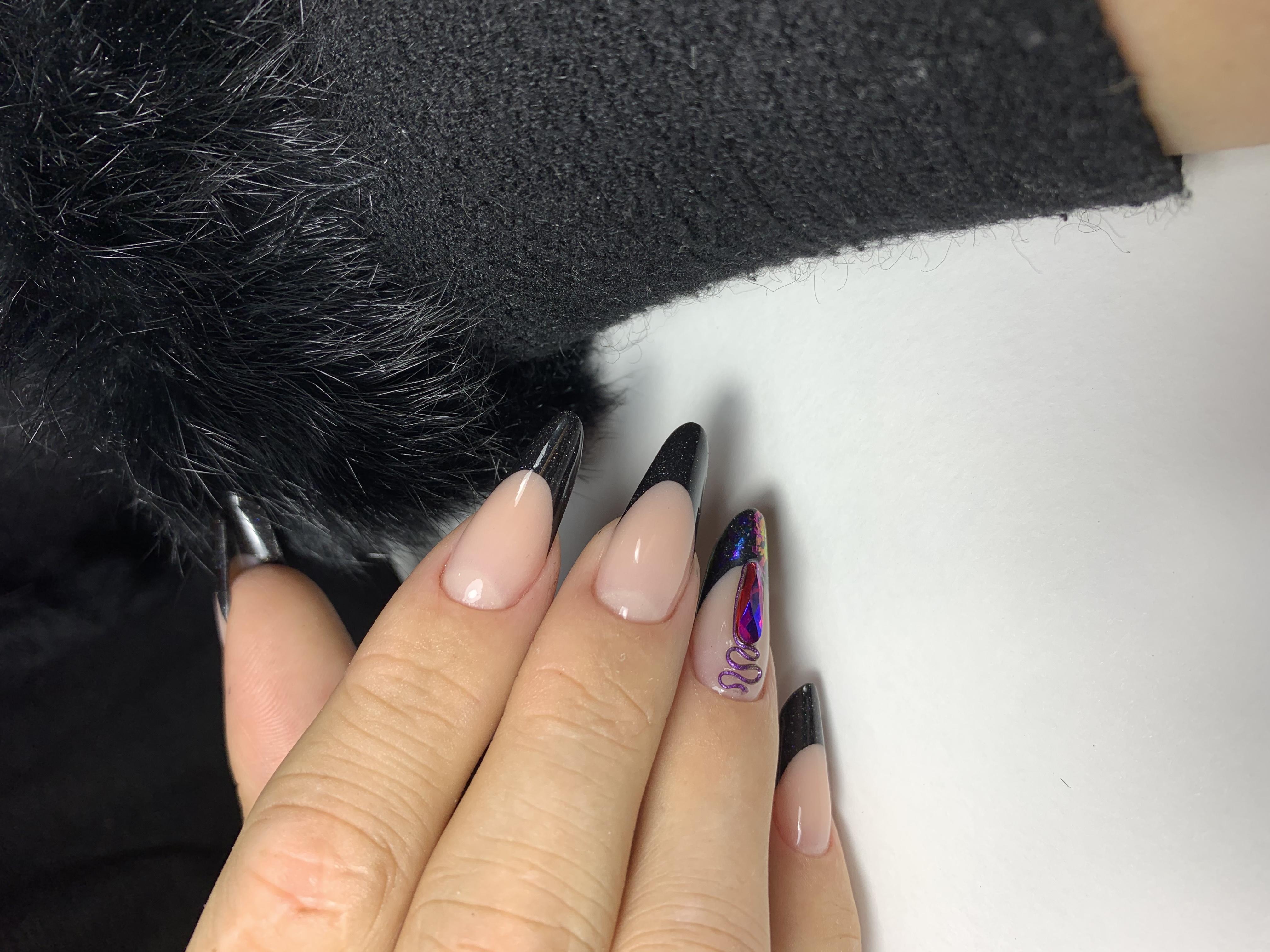 Французский маникюр в чёрном цвете с фиолетовыми блёстками и стразами.