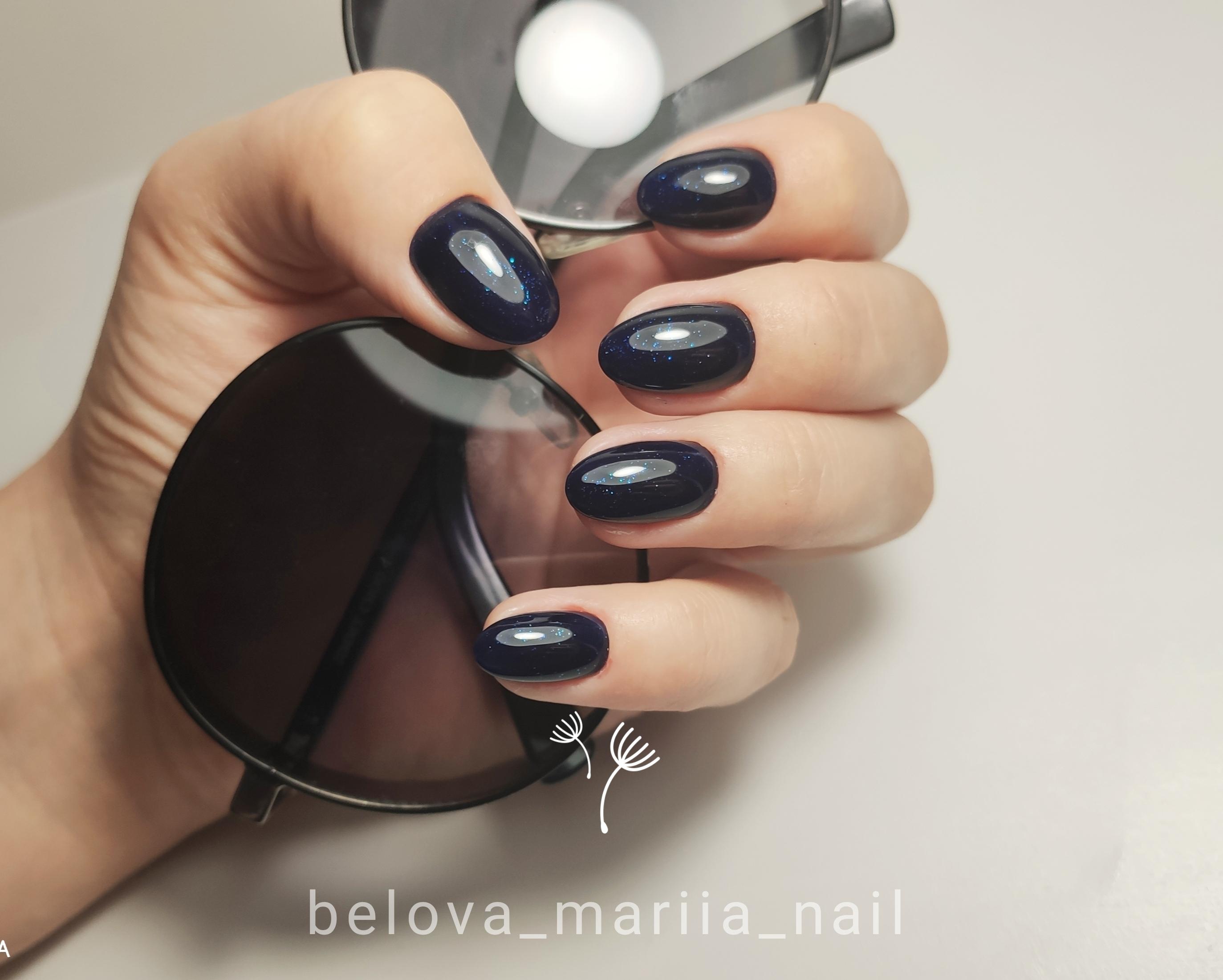 Маникюр в темно-синем цвете на короткие ногти.