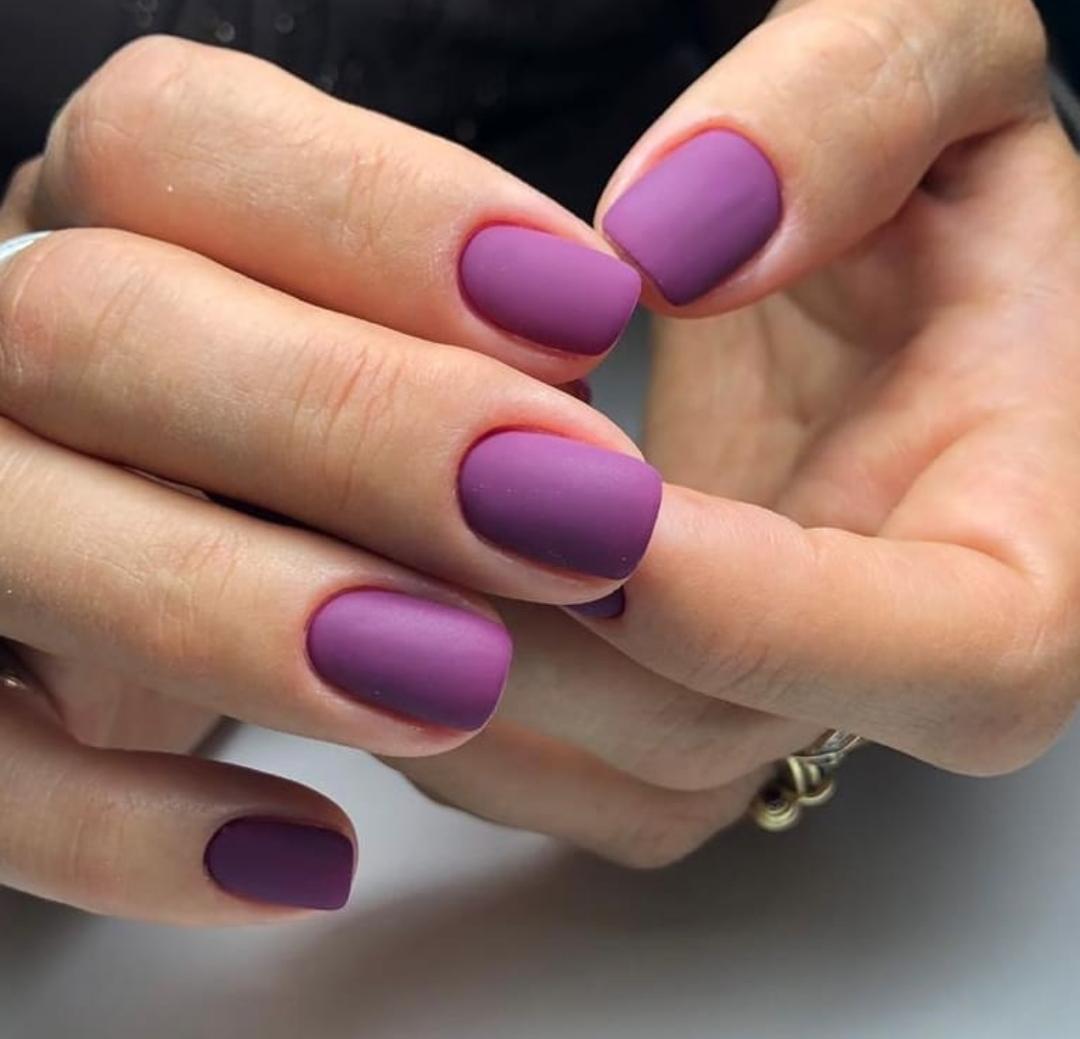 Матовый маникюр в фиолетовом цвете.