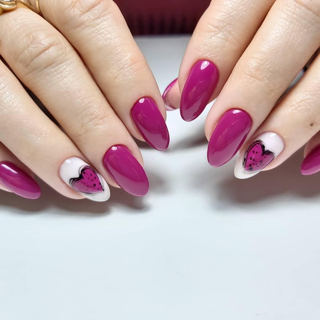 Маникюр с сердечками в баклажановом цвете.