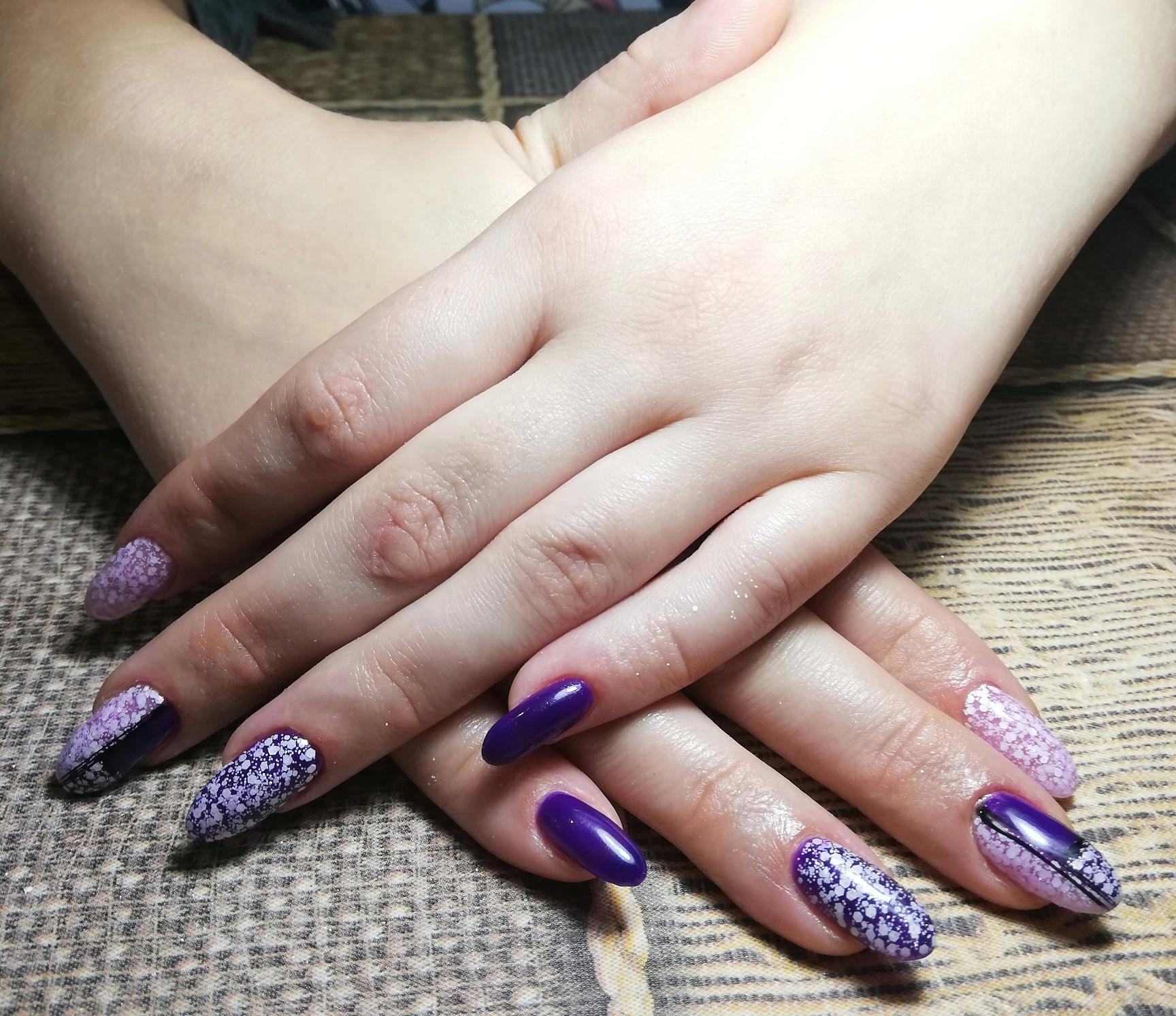 Маникюр с абстрактным рисунком в фиолетовом цвете на длинные ногти.