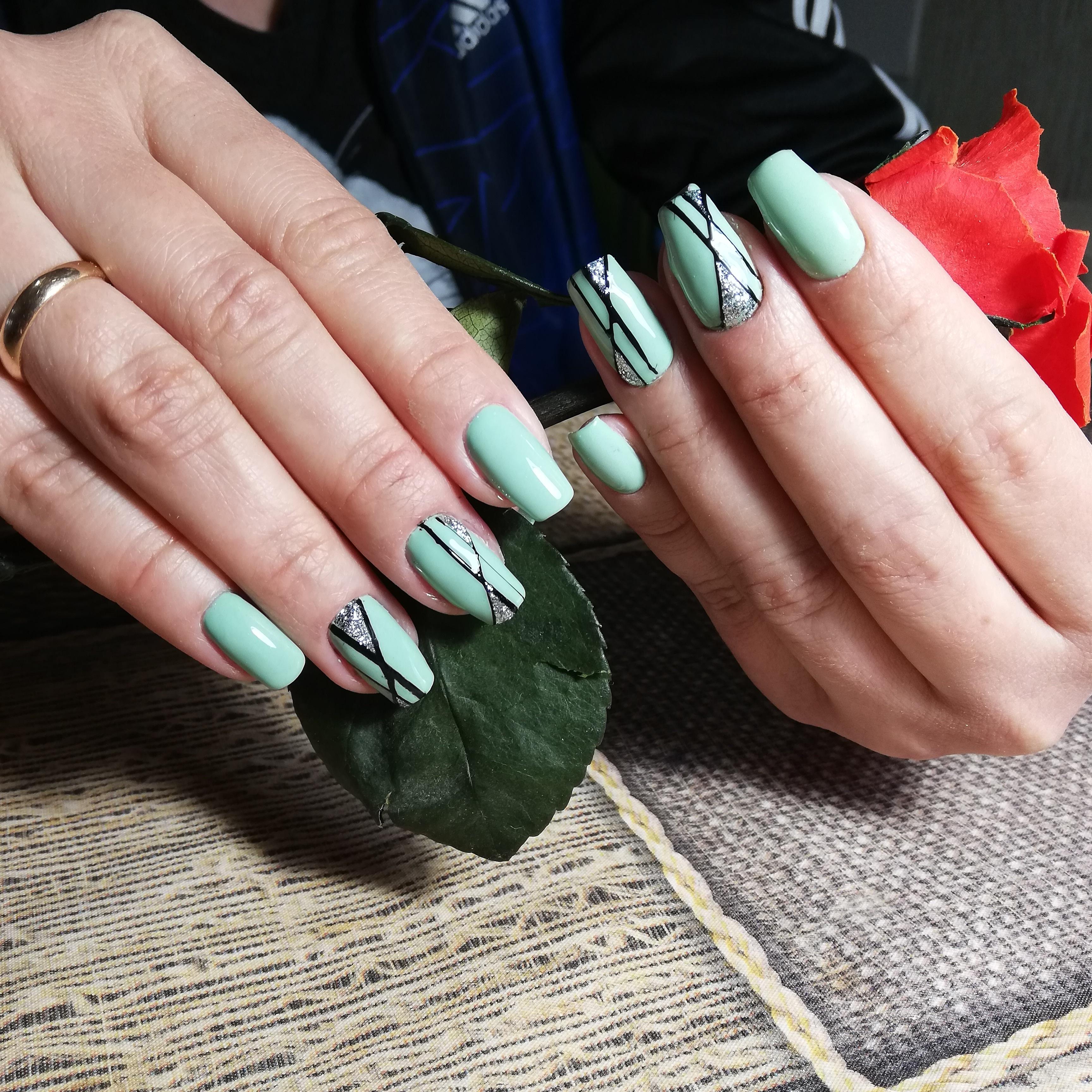 Геометрический маникюр с серебряными блестками в салатовом цвете на длинные ногти.
