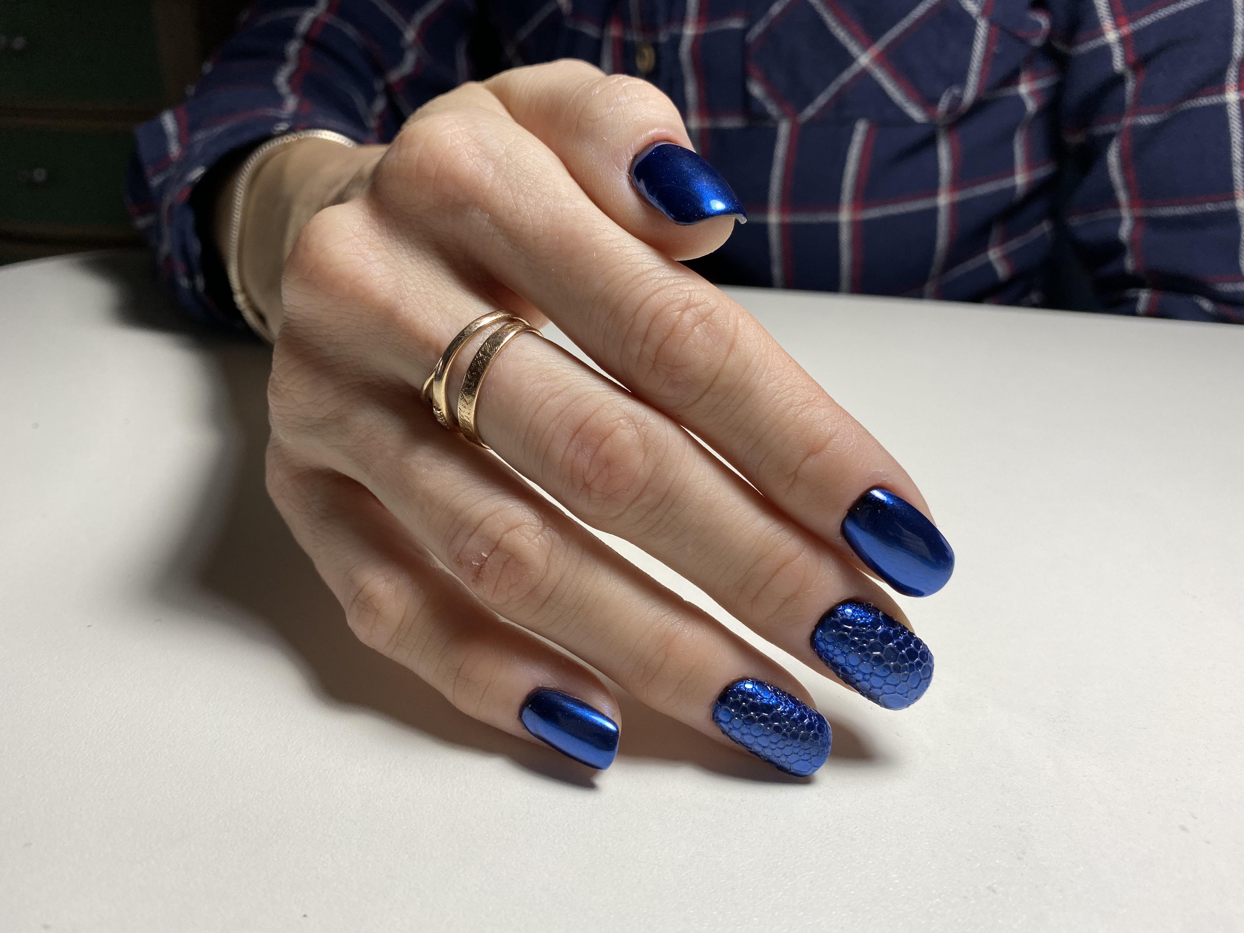 Маникюр с втиркой и bubble-эффектом в синем цвете.