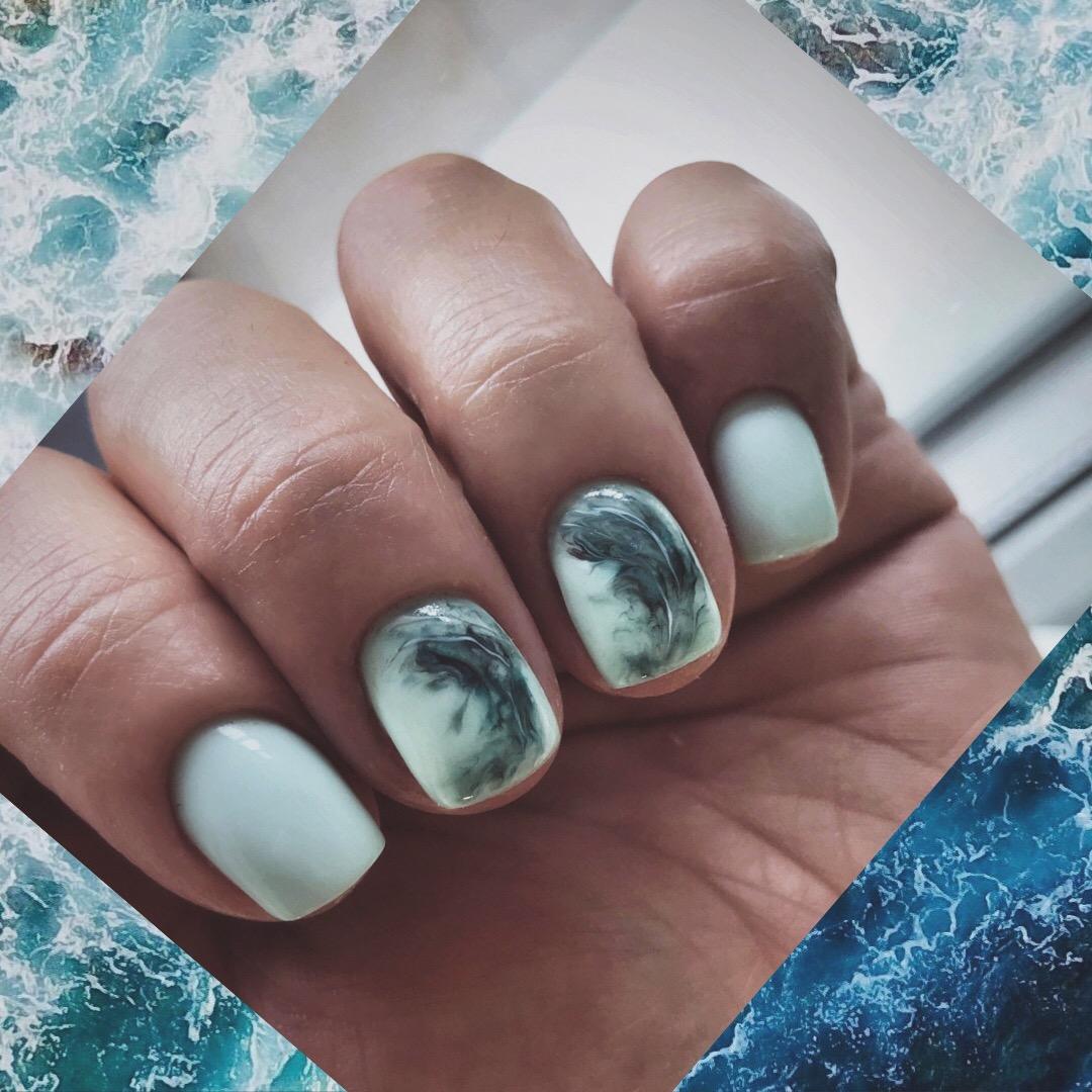 Маникюр с морским дизайном в фисташковом цвете на короткие ногти.