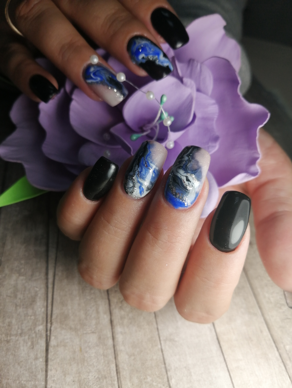 Маникюр с морским дизайном и блестками в черном цвете на длинные ногти.