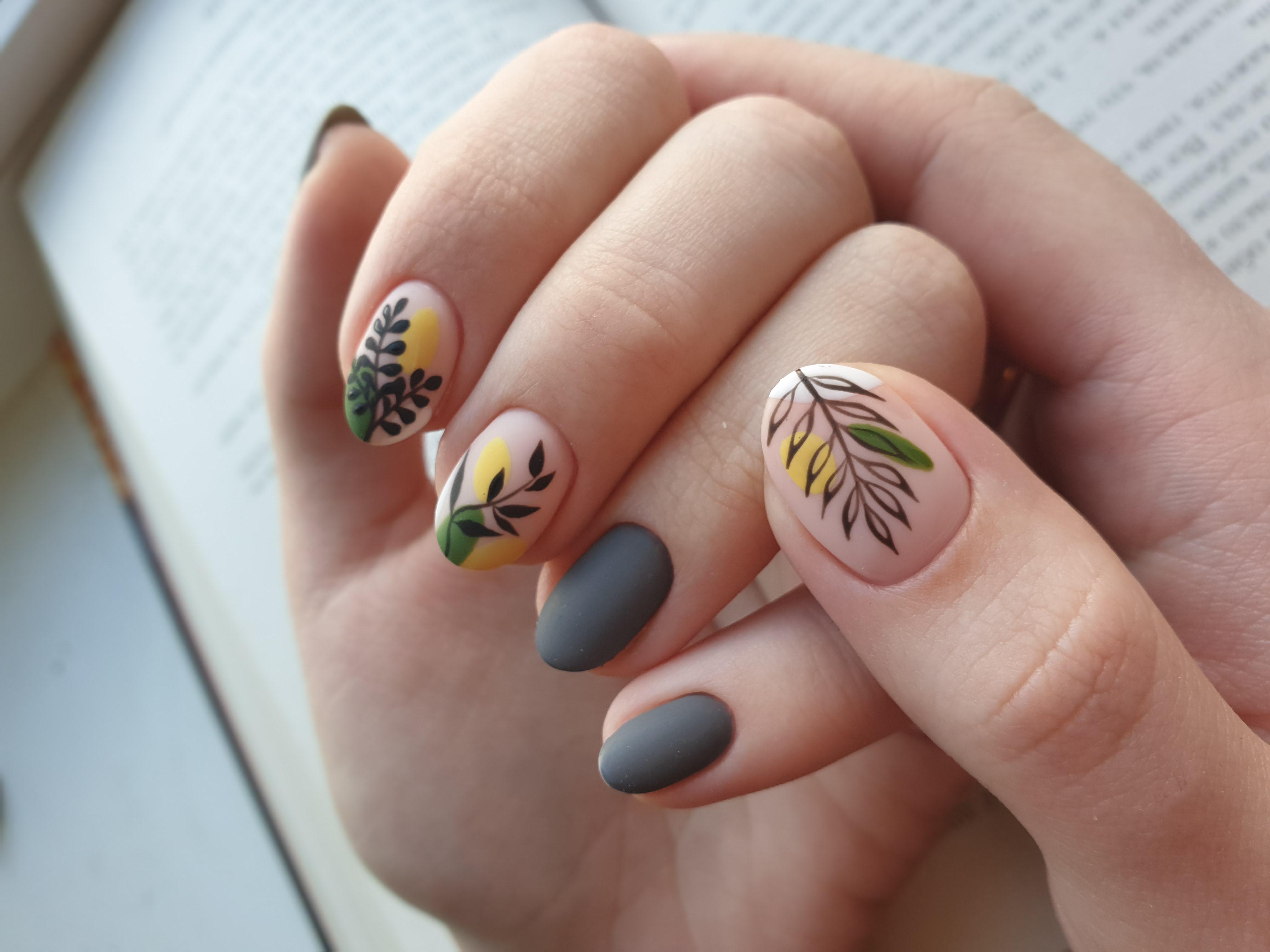 Матовый маникюр с растительными слайдерами в сером цвете на короткие ногти.