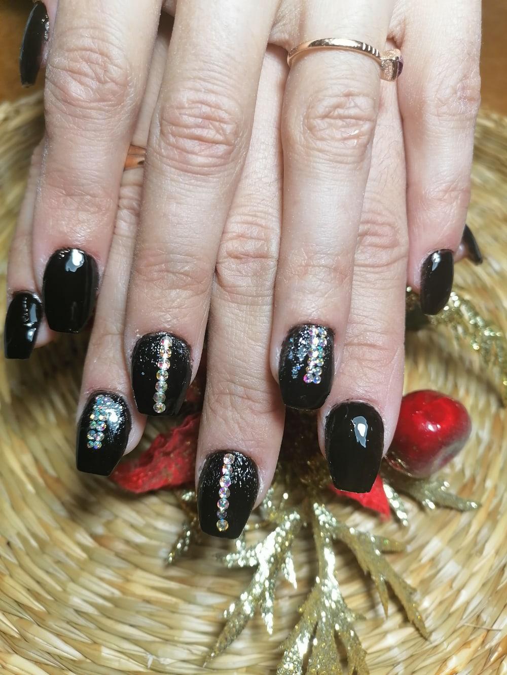 Маникюр с блестками и стразами в черном цвете.