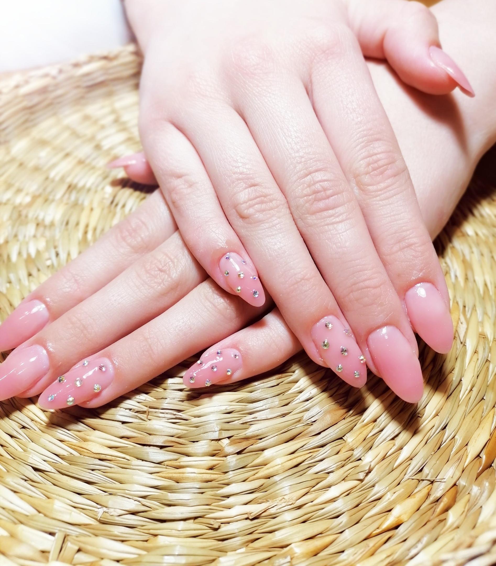Маникюр со стразами в розовом цвете.