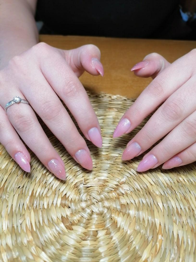 Маникюр с градиентом и блестками в розовом цвете.