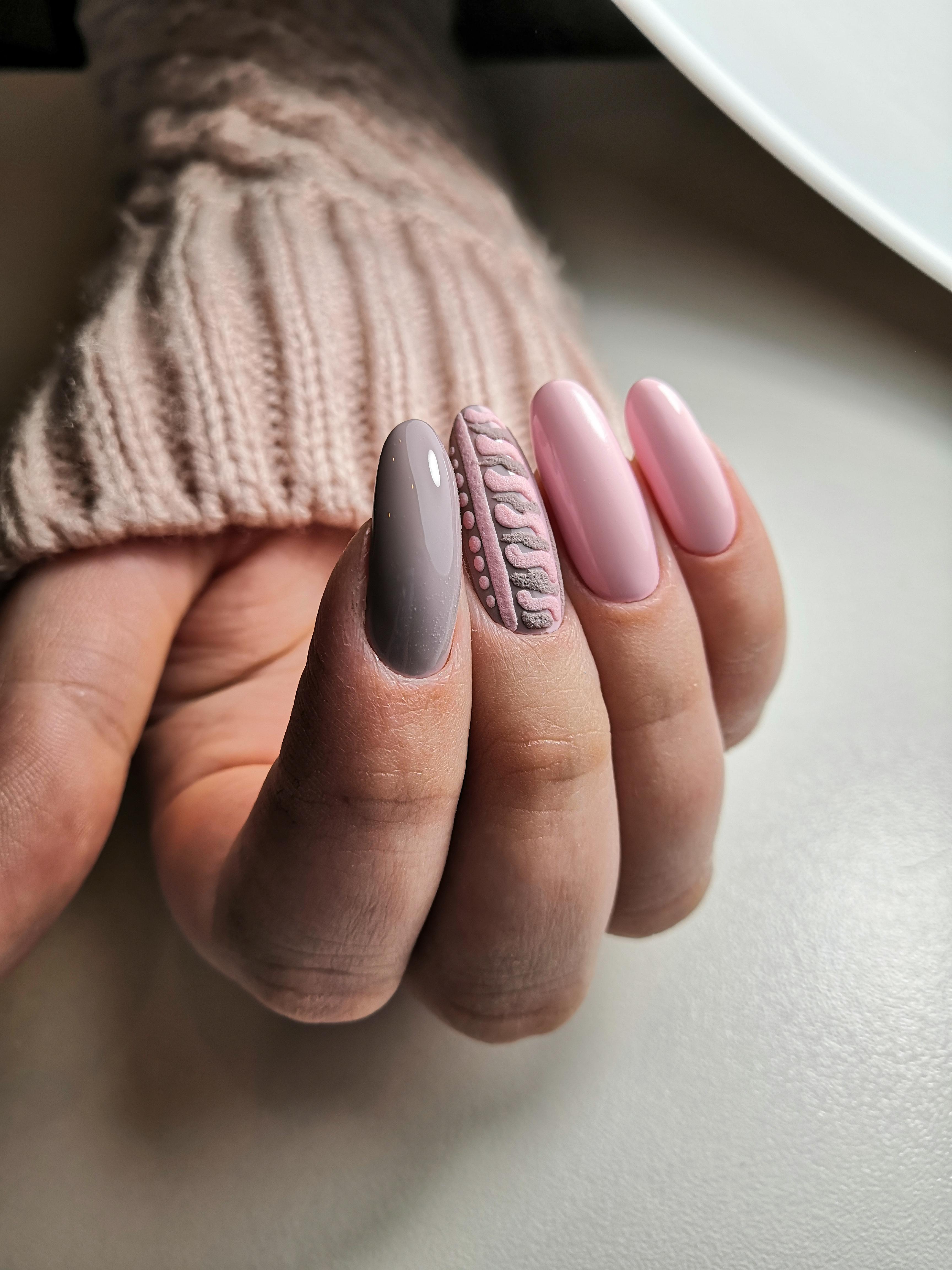 Маникюр с вязаным дизайном в розовом цвете.