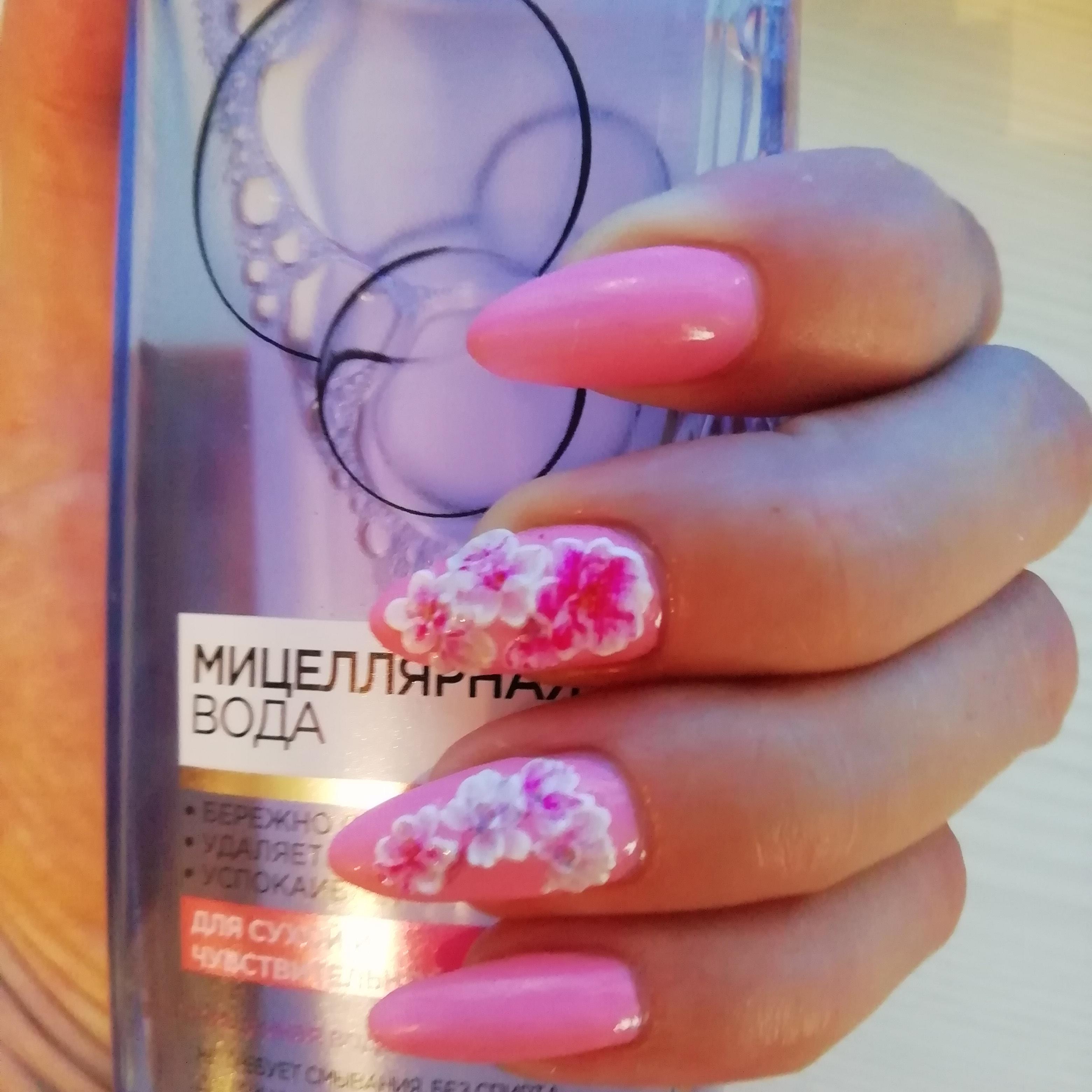 Маникюр с цветочной лепкой в розовом цвете на длинные ногти.