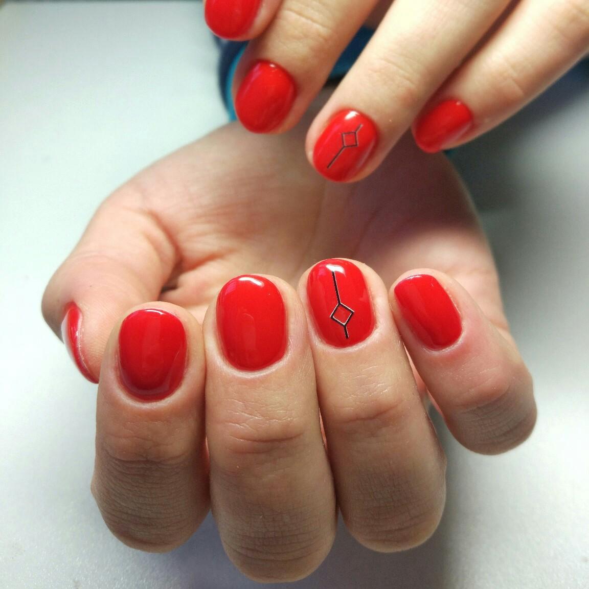 Однотонный маникюр в красном цвете со слайдерами.
