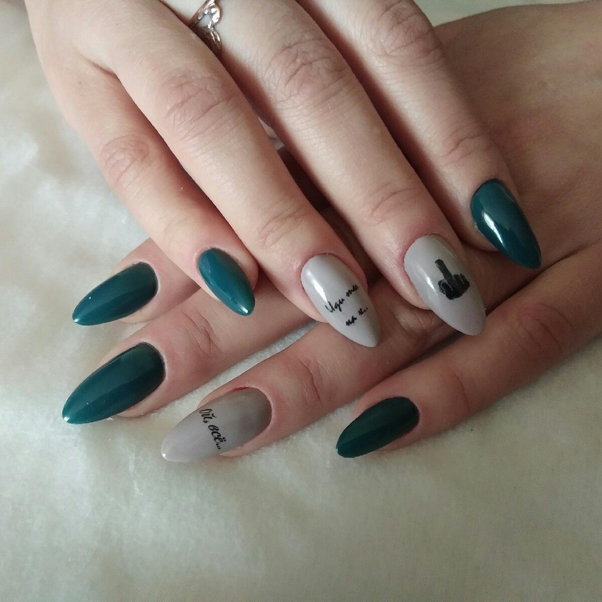 Маникюр в тёмно-зелёном цвете с серым дизайном и надписями.