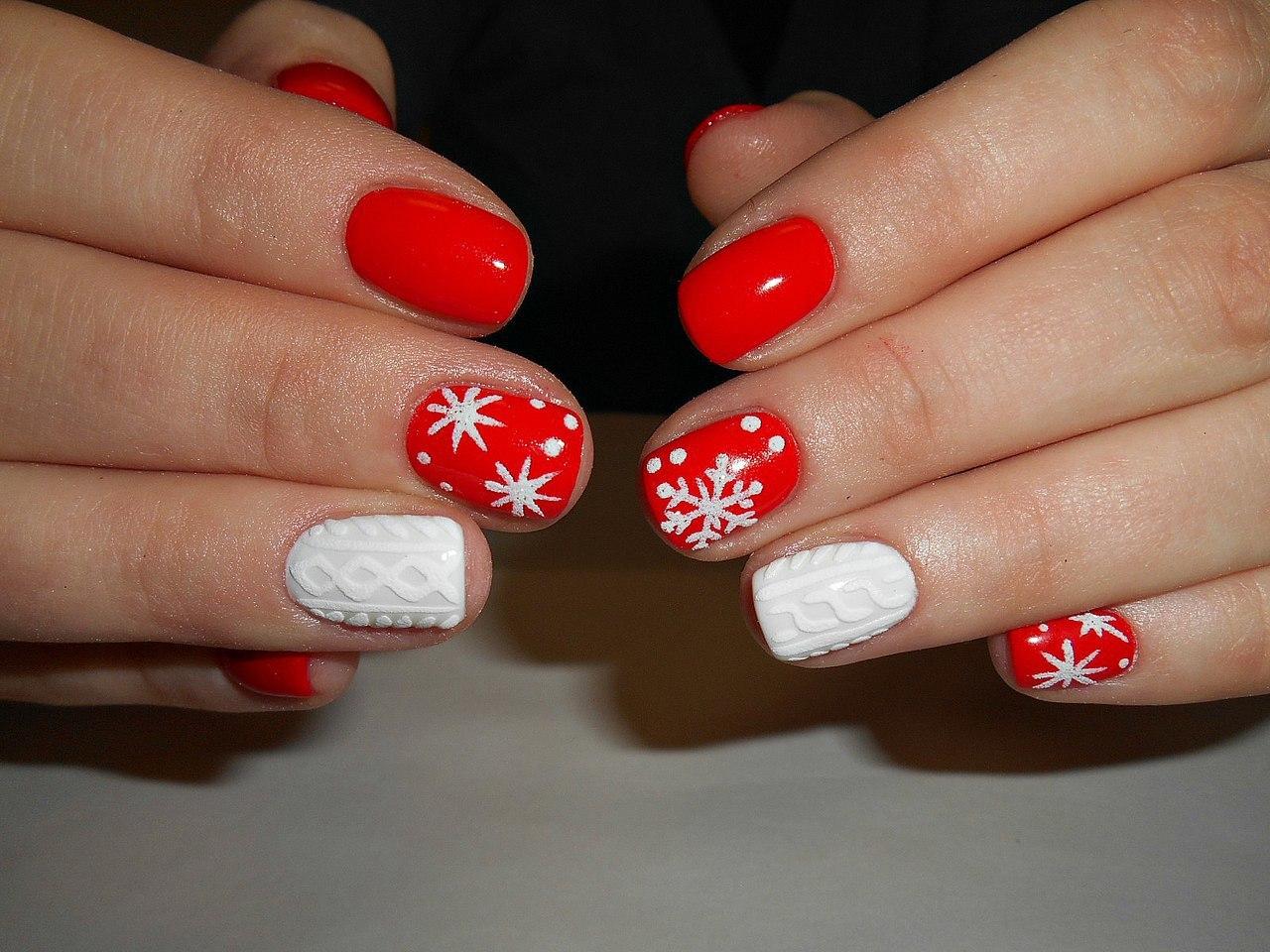 """Маникюр в красном цвете с белым вязаным дизайном и рисунком """"снежинки""""."""
