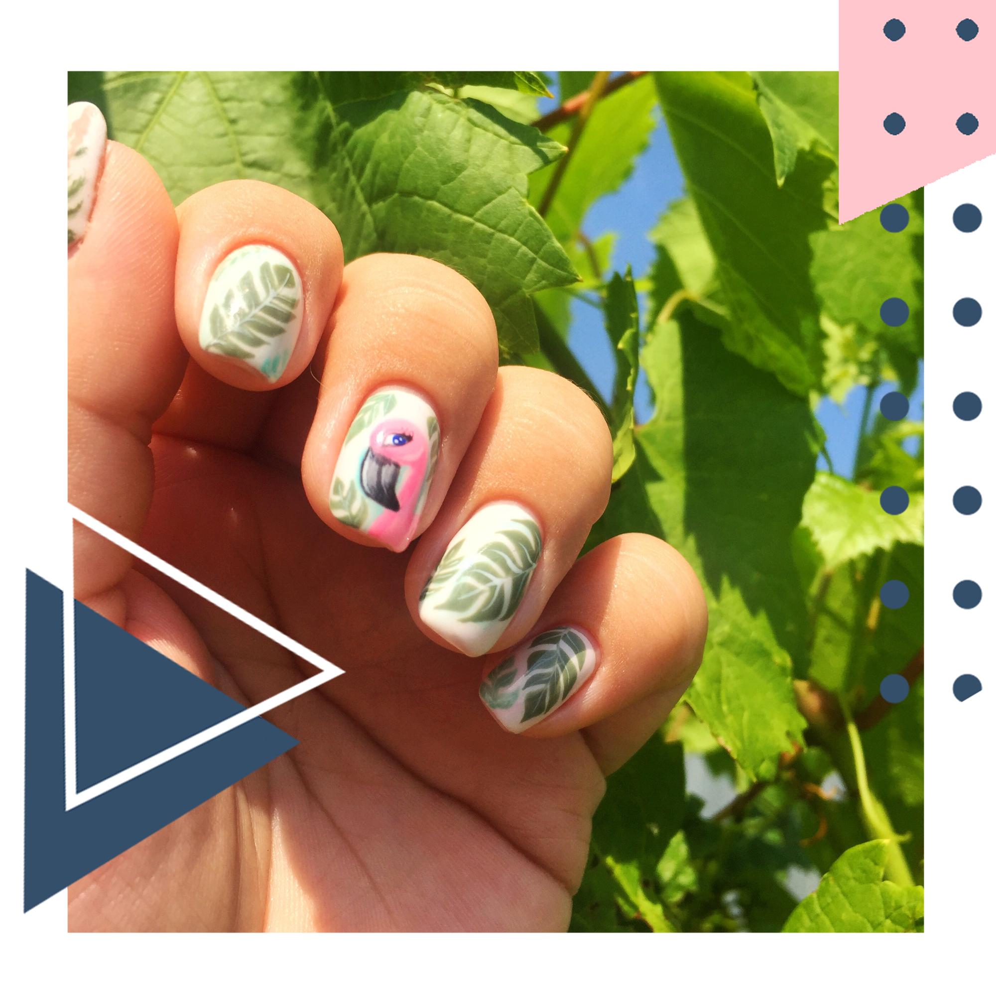 Маникюр с растительным рисунком и фламинго на короткие ногти.