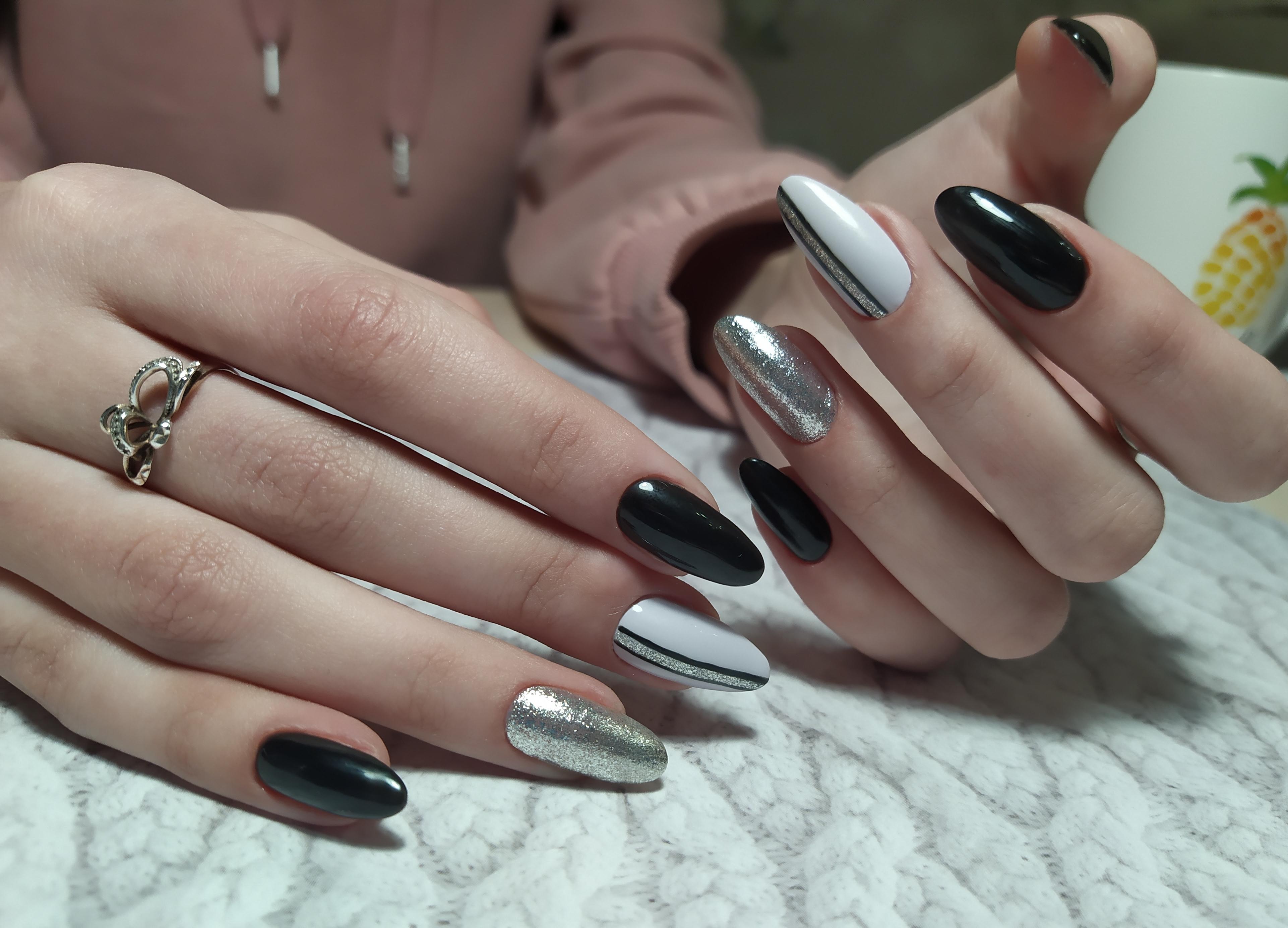 Маникюр с полосками и серебряными блестками в черном цвете.