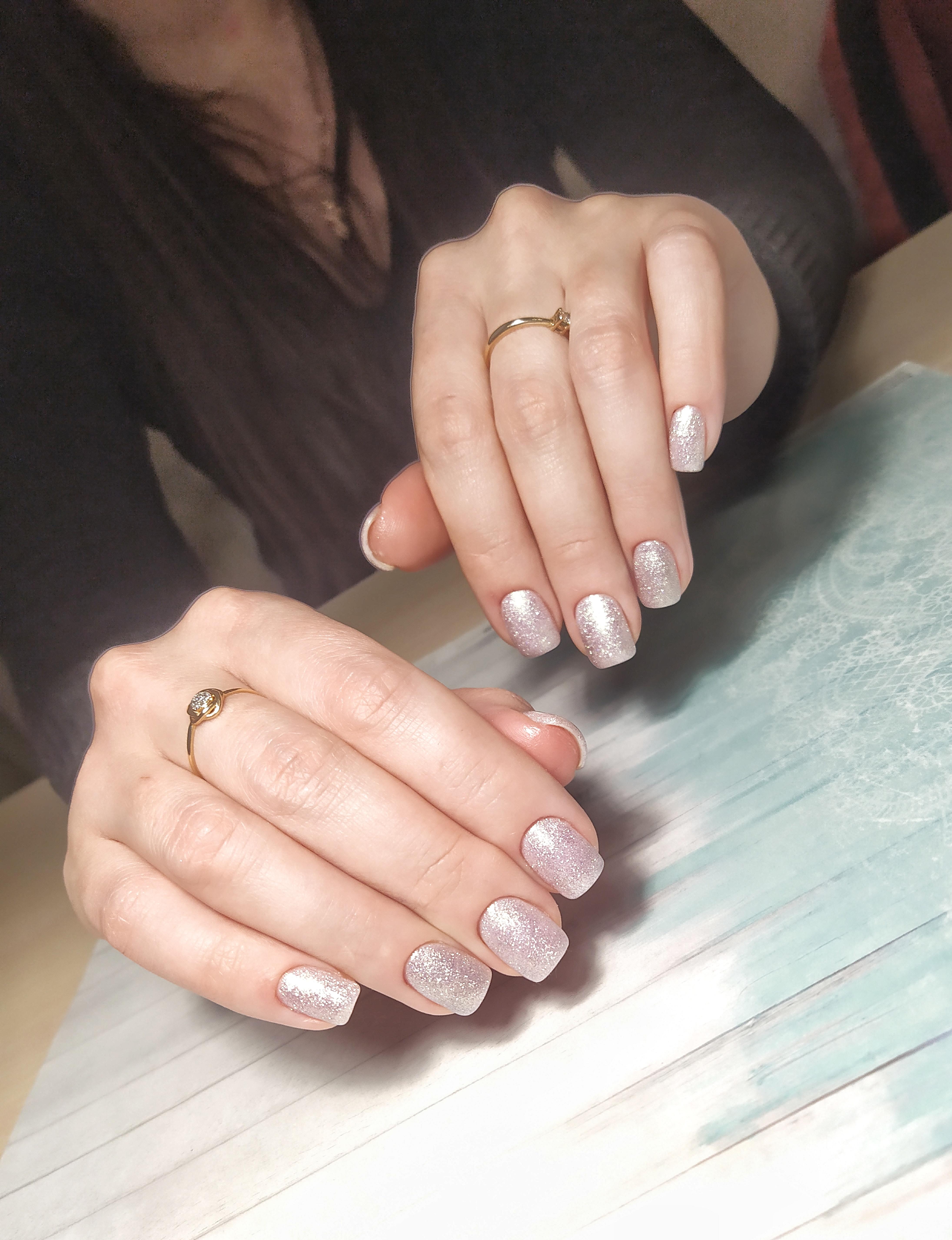 Маникюр с серебряными блестками.
