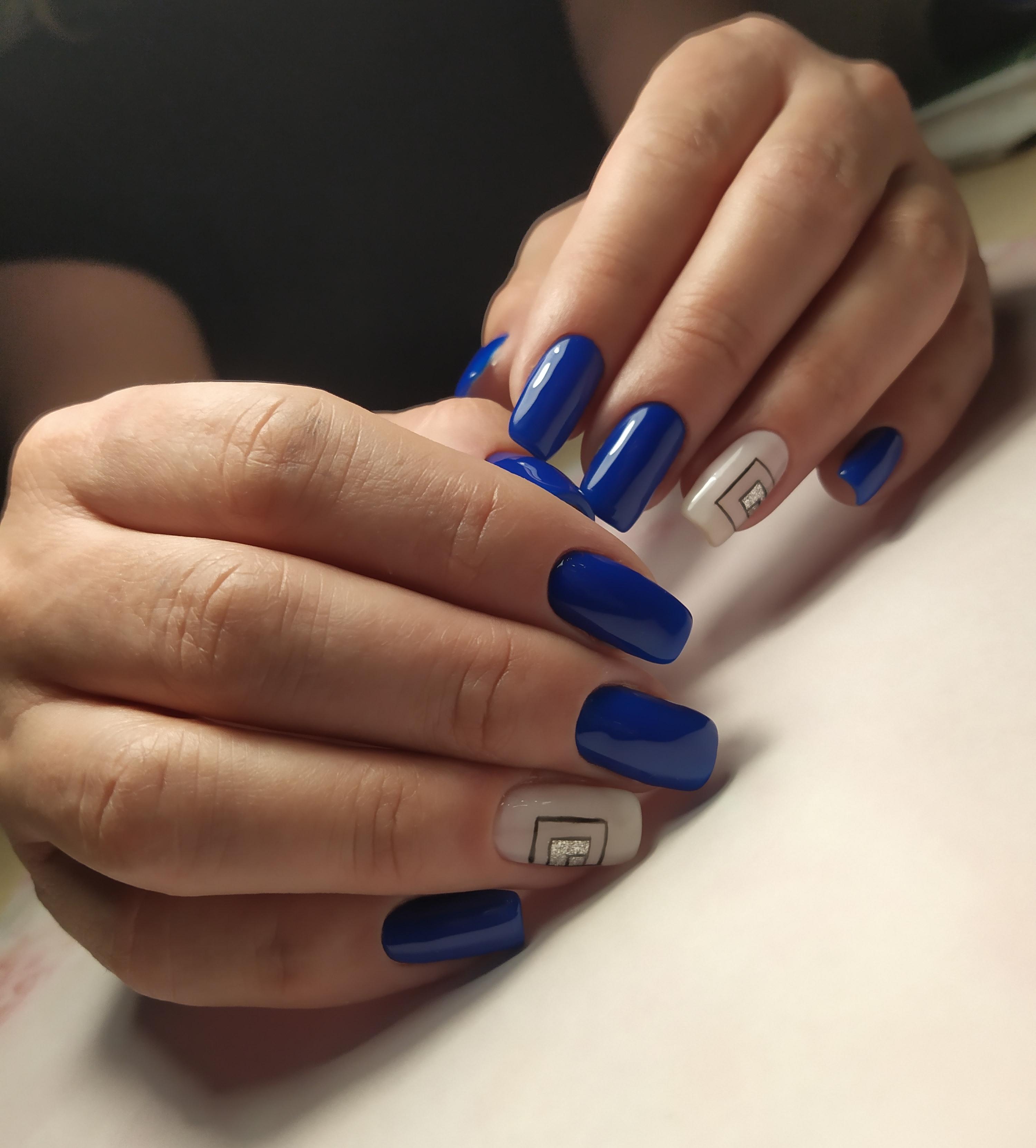 Маникюр с геометрическим рисунком в синем цвете.