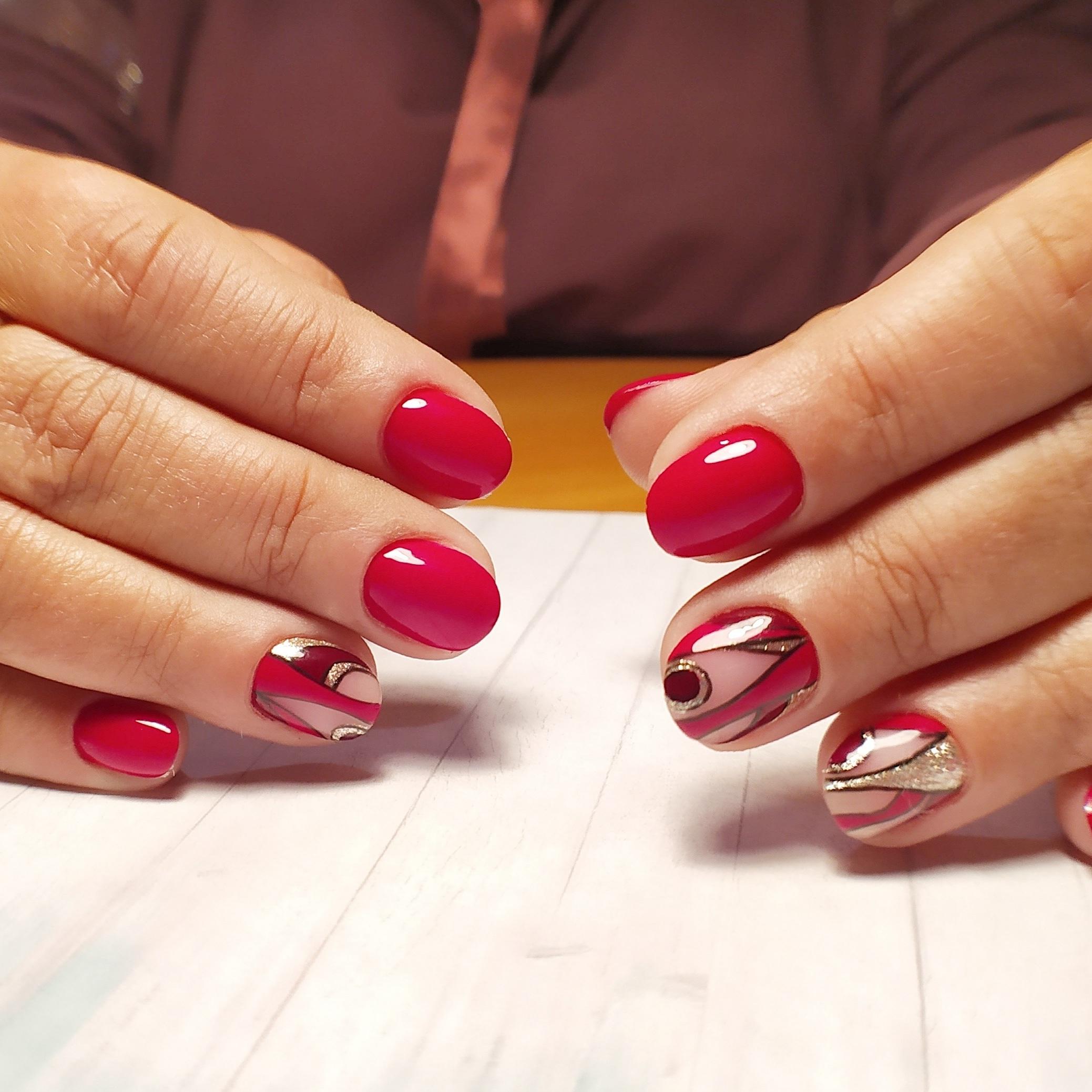 Геометрический маникюр с золотыми блестками в красном цвете.