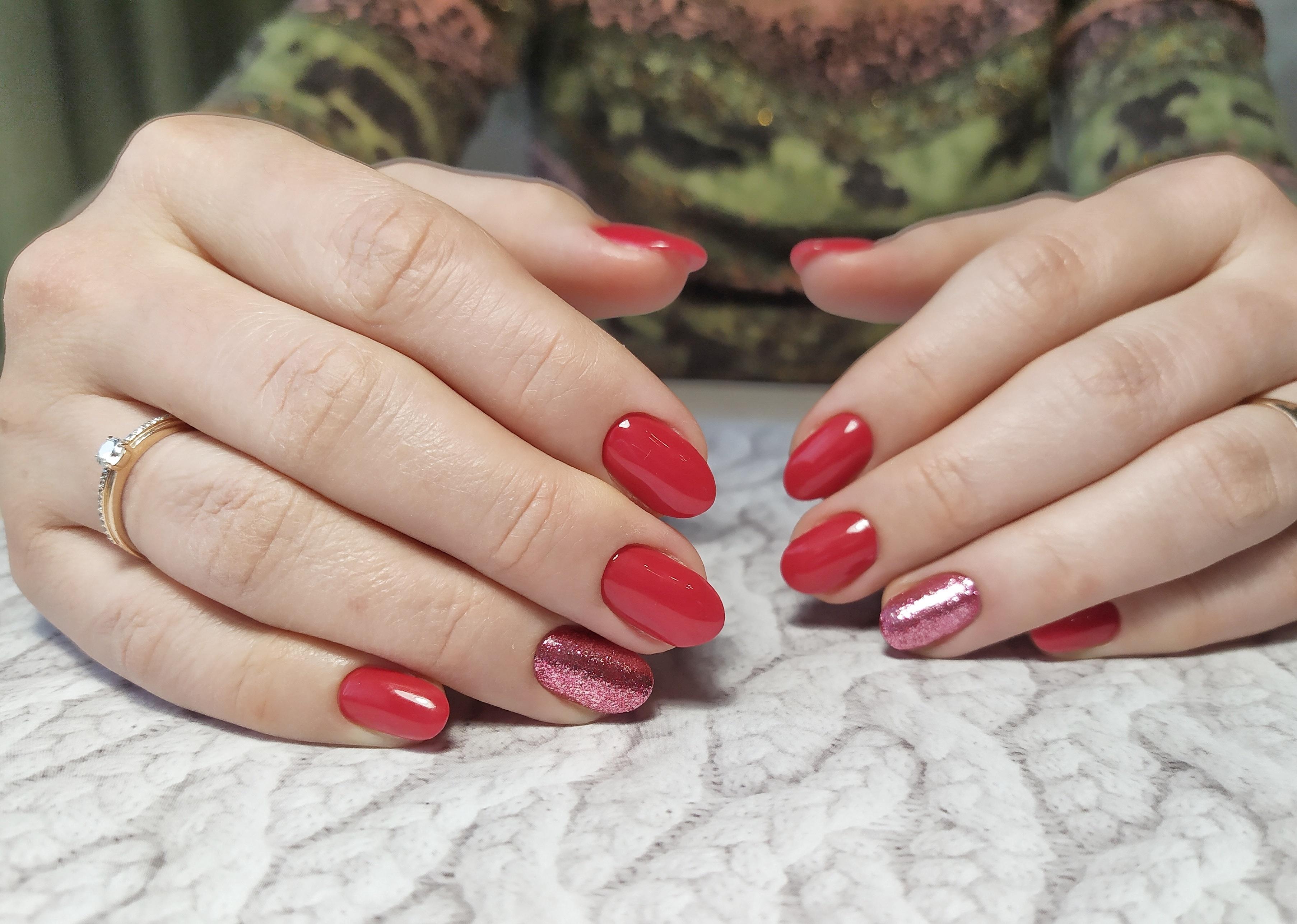 Маникюр с блестками в красном цвете.