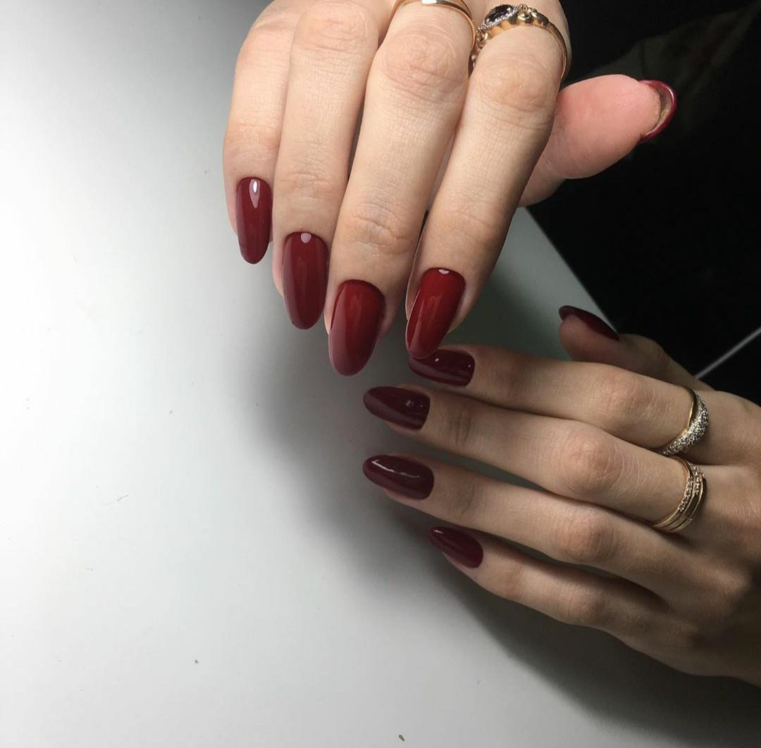 Маникюр в тёмно-красном цвете.