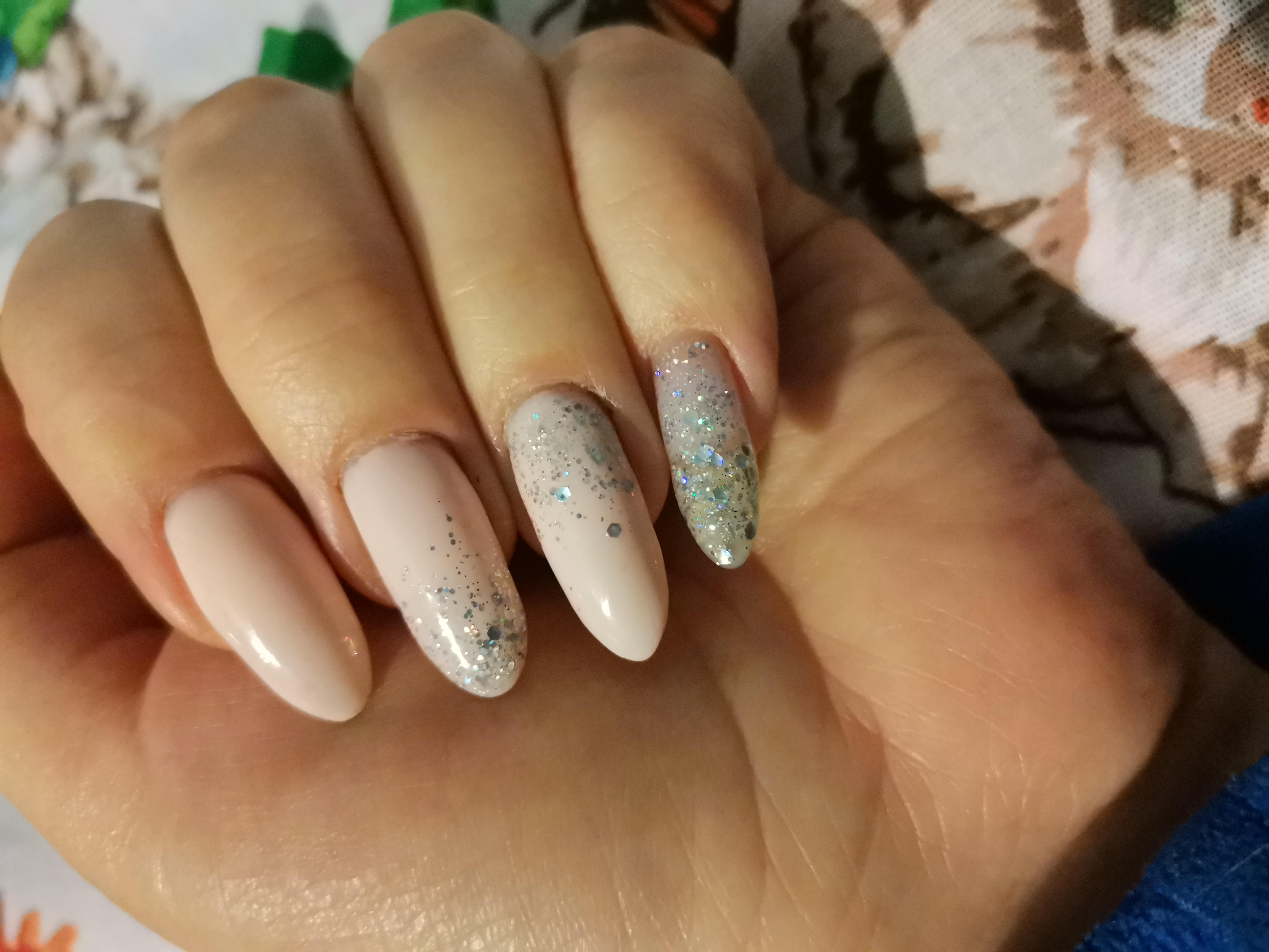 Маникюр с серебряными камифубуки в молочном цвете на длинные ногти.