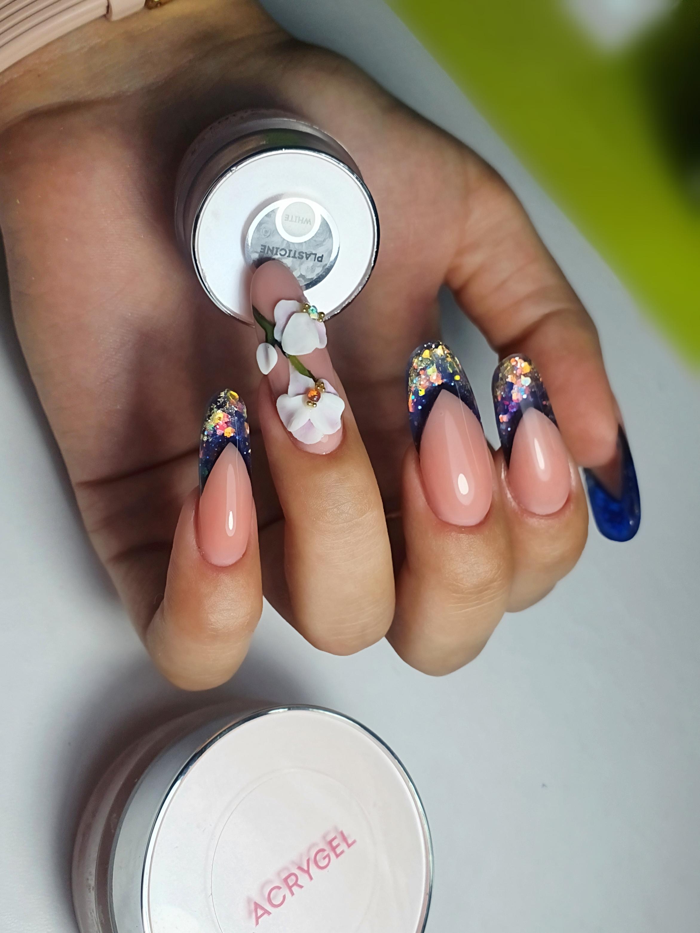 Выкладной френч с цветочной лепкой и блестками на длинные ногти.