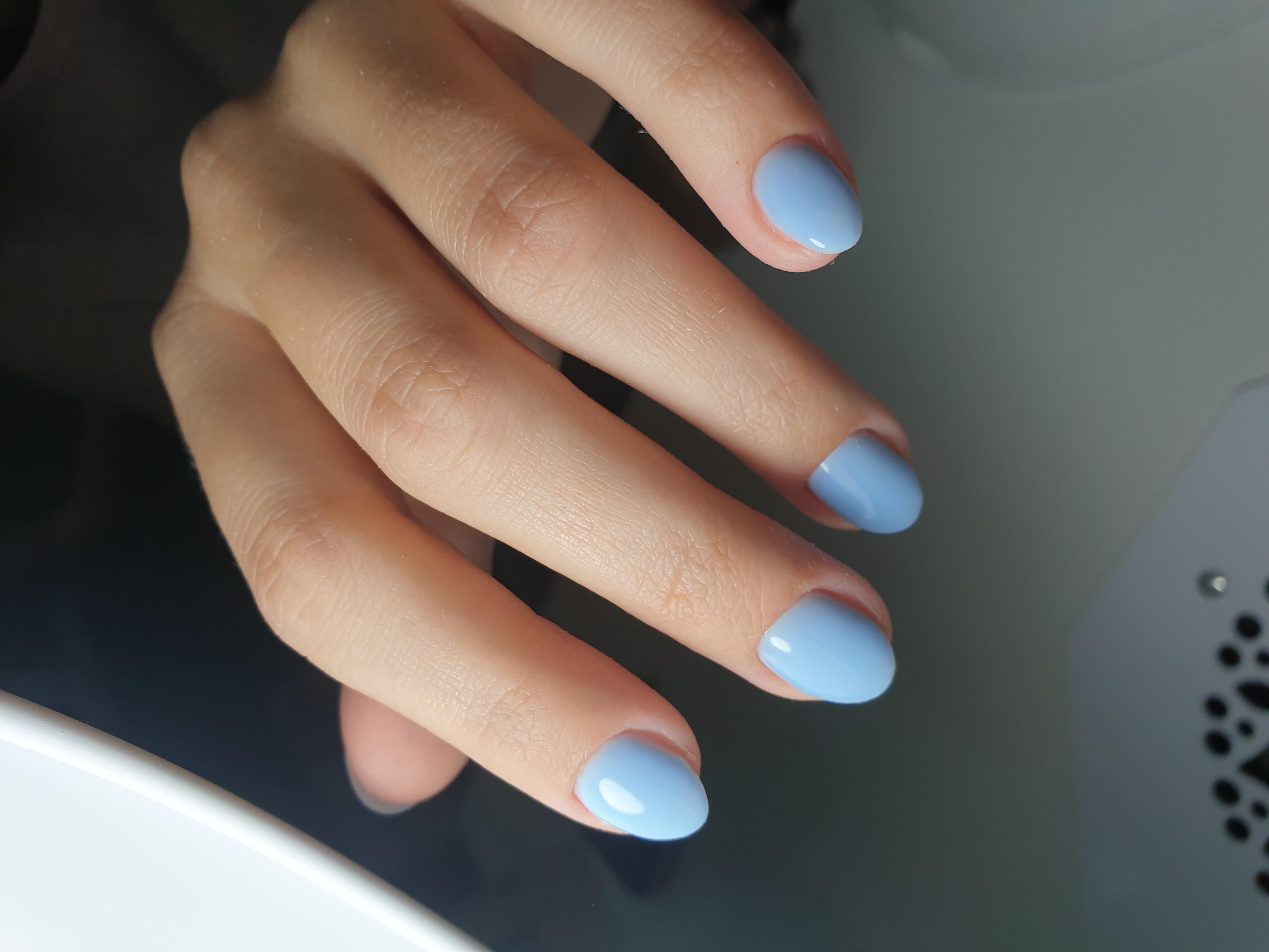 Маникюр в голубом цвете на короткие ногти.