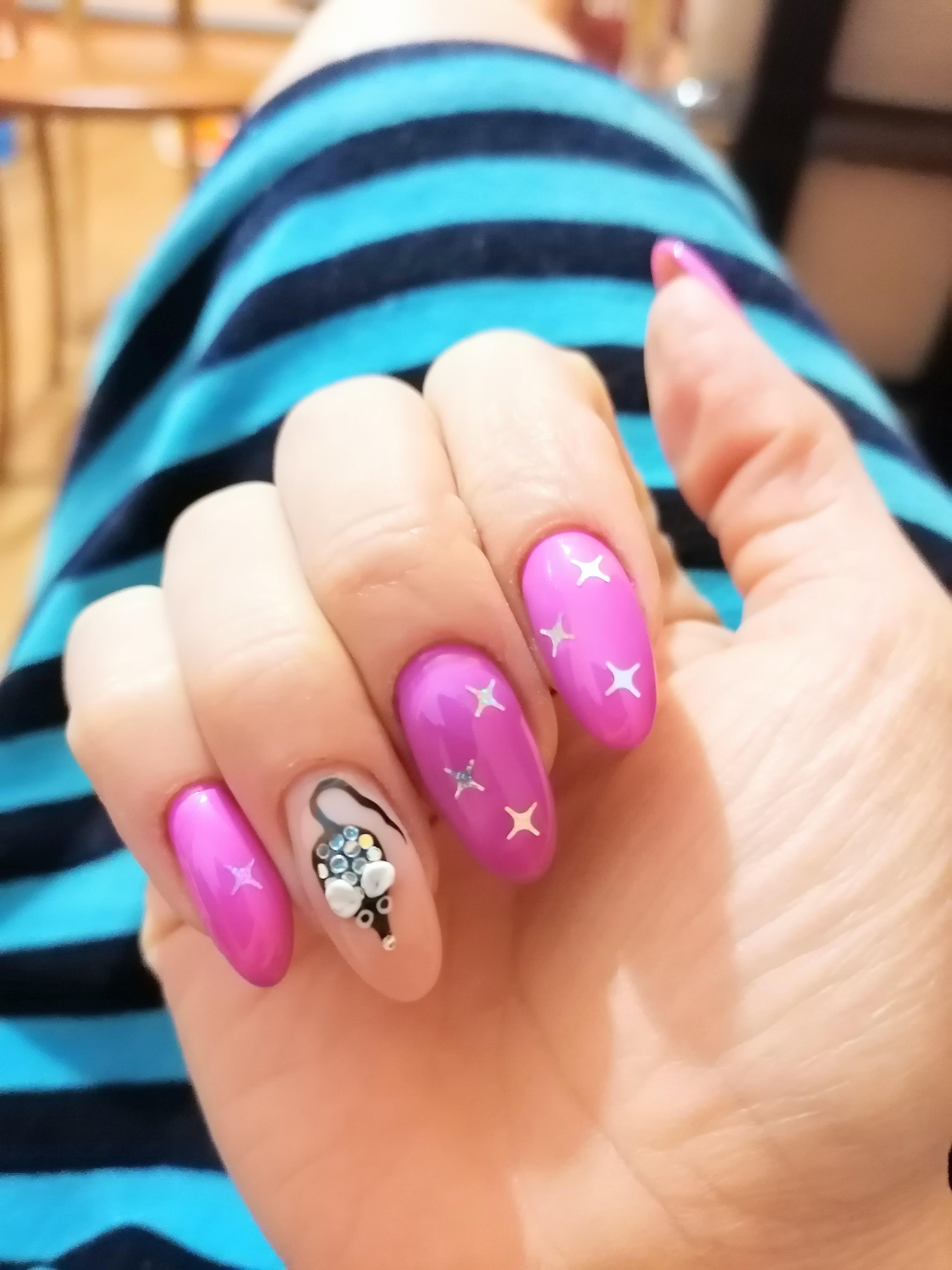 Маникюр с мышкой и звездочками в лиловом цвете на длинные ногти.