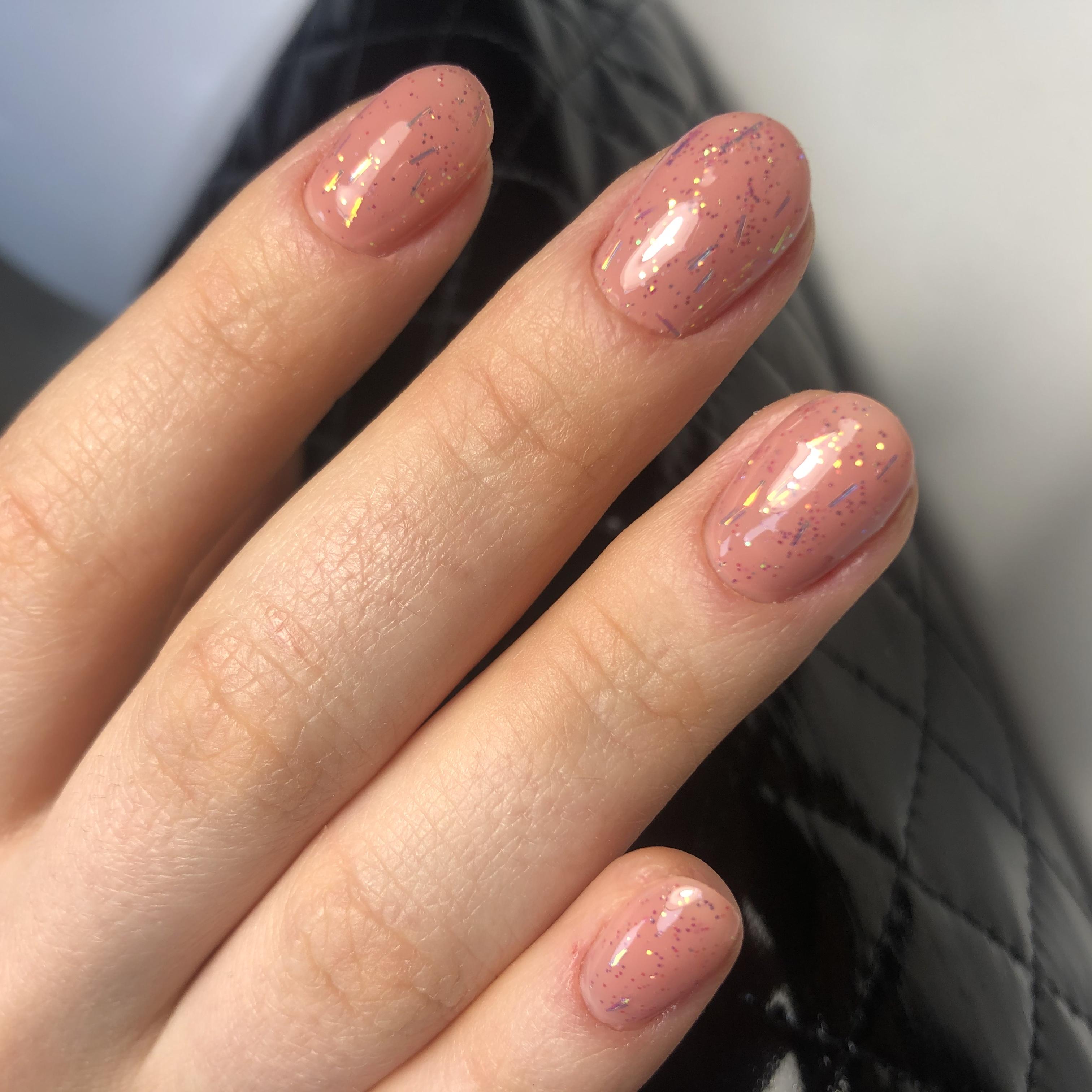 Нюдовый маникюр с блестками на короткие ногти.