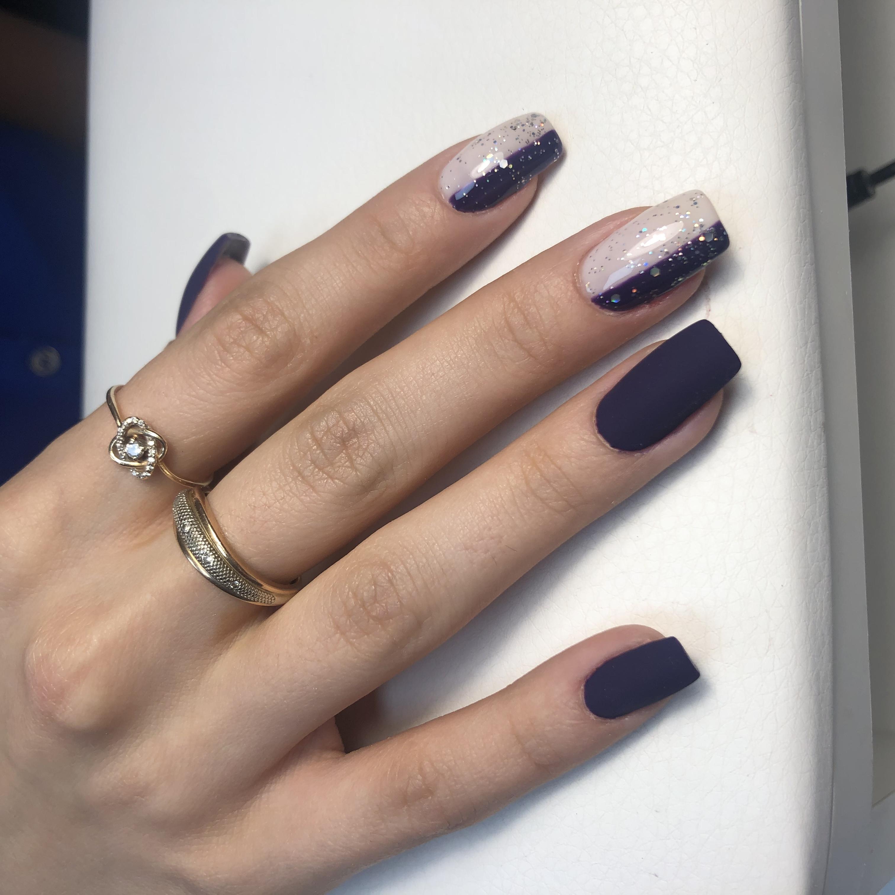 Матовый маникюр с блестками в темно-синем цвете на длинные ногти.