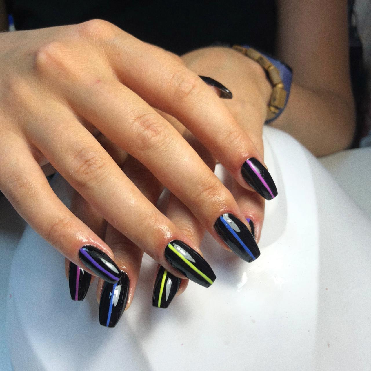 Маникюр с цветными полосками в черном цвете на длинные ногти.