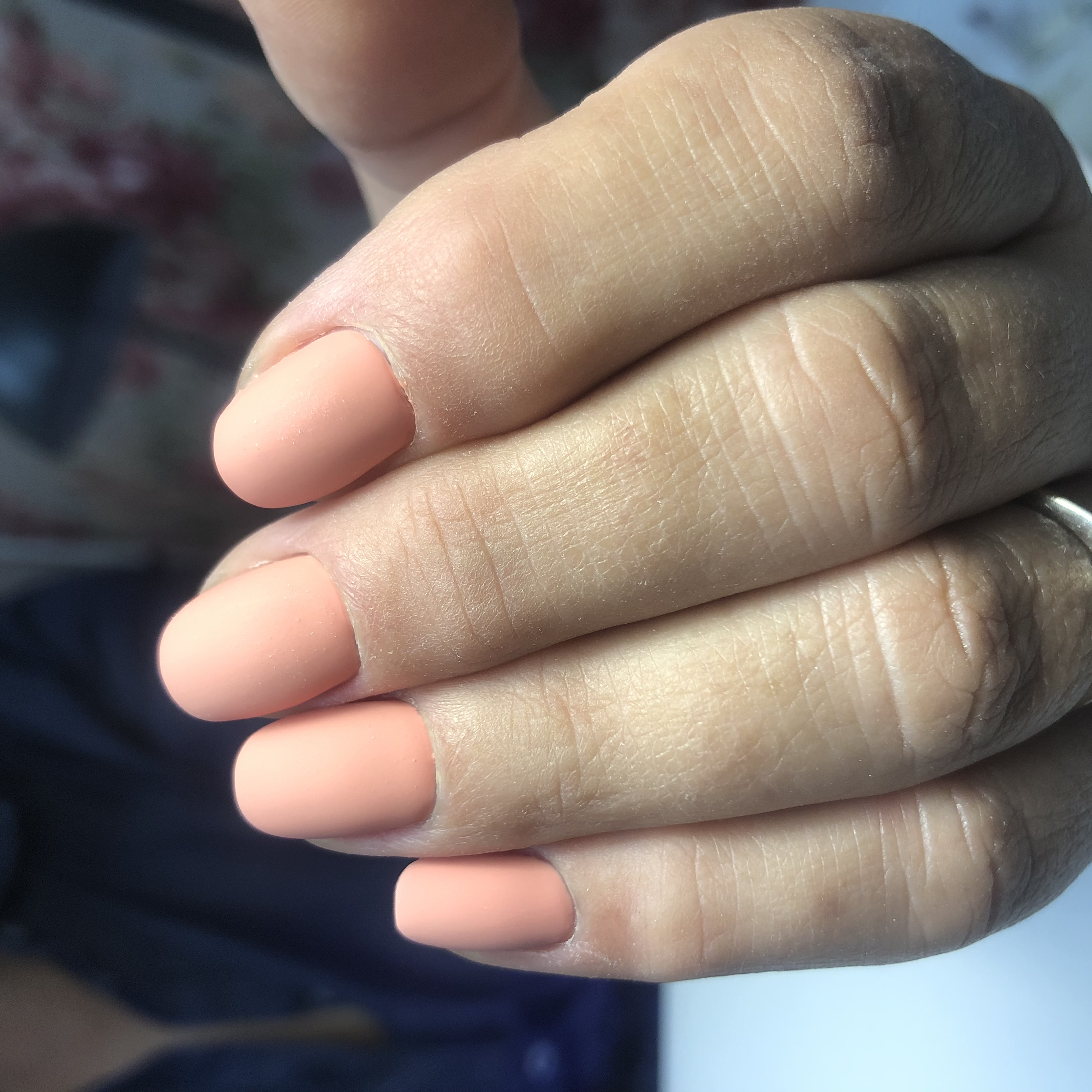 Матовый маникюр в персиковом цвете на короткие ногти.