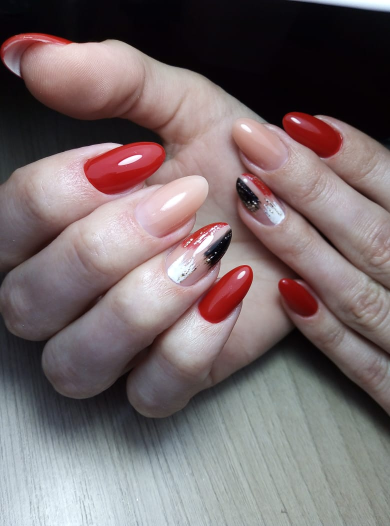 Маникюр с абстрактным рисунком в красном цвете.